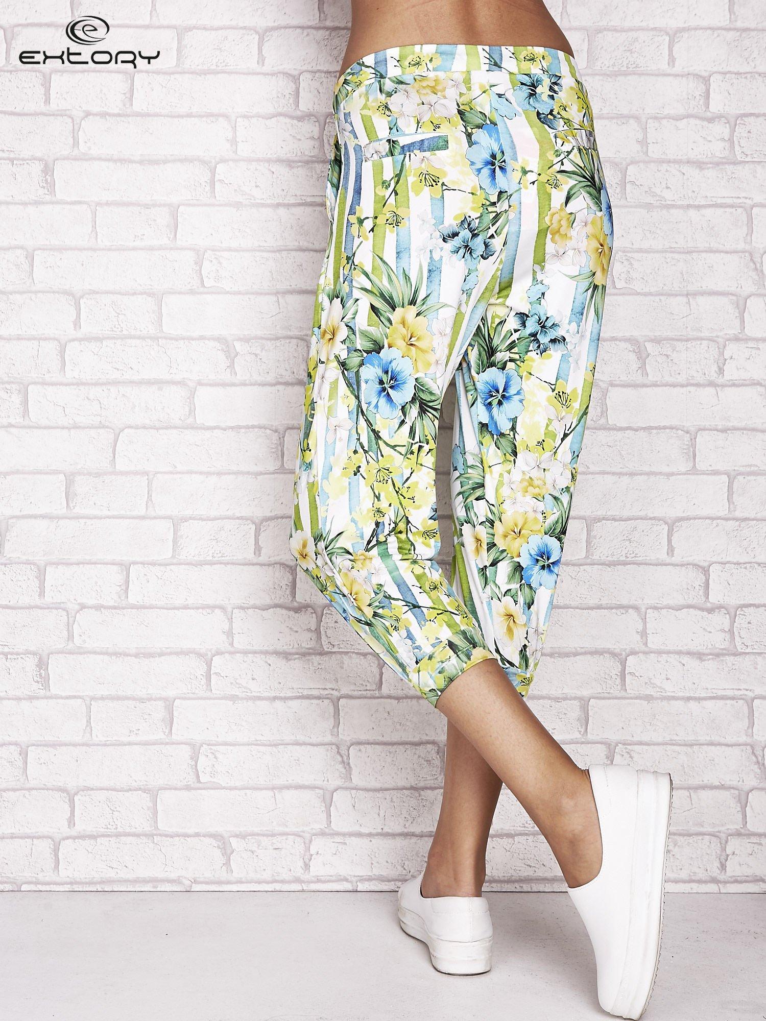 Biało-niebieskie spodnie capri z motywem pasków i kwiatów