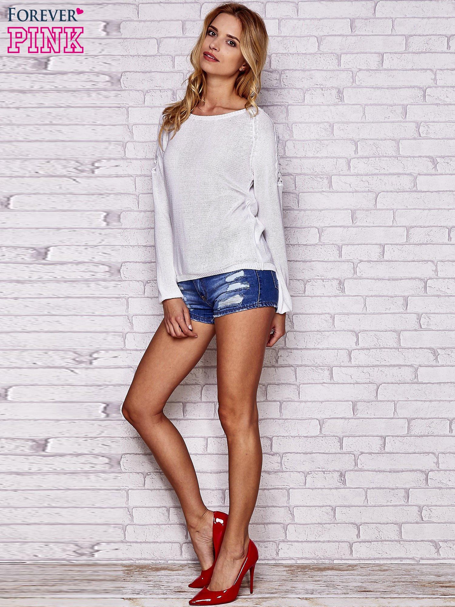 Biały błyszczący sweter z koronkowymi wstawkami                                  zdj.                                  2