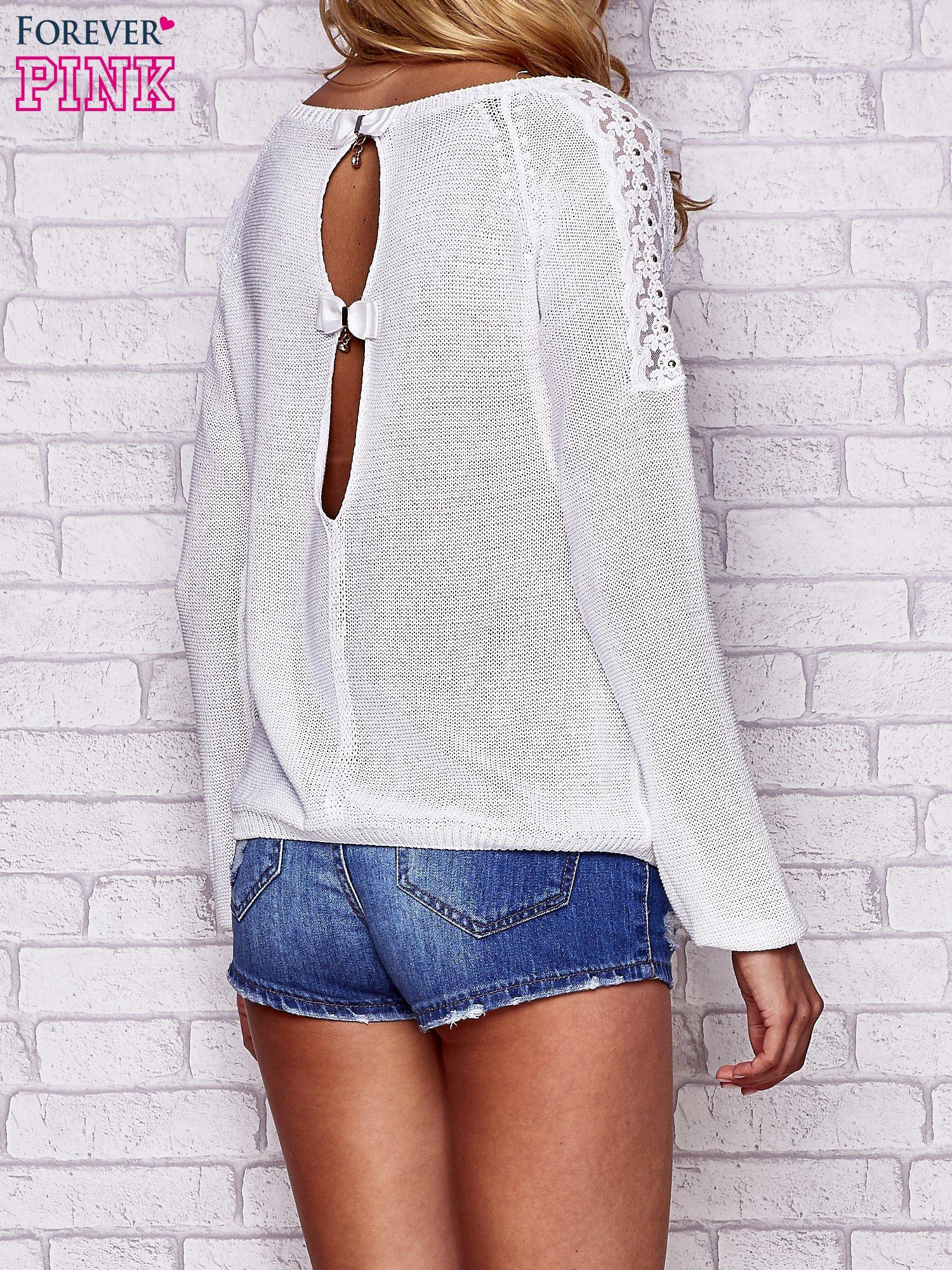 Biały błyszczący sweter z koronkowymi wstawkami                                  zdj.                                  4