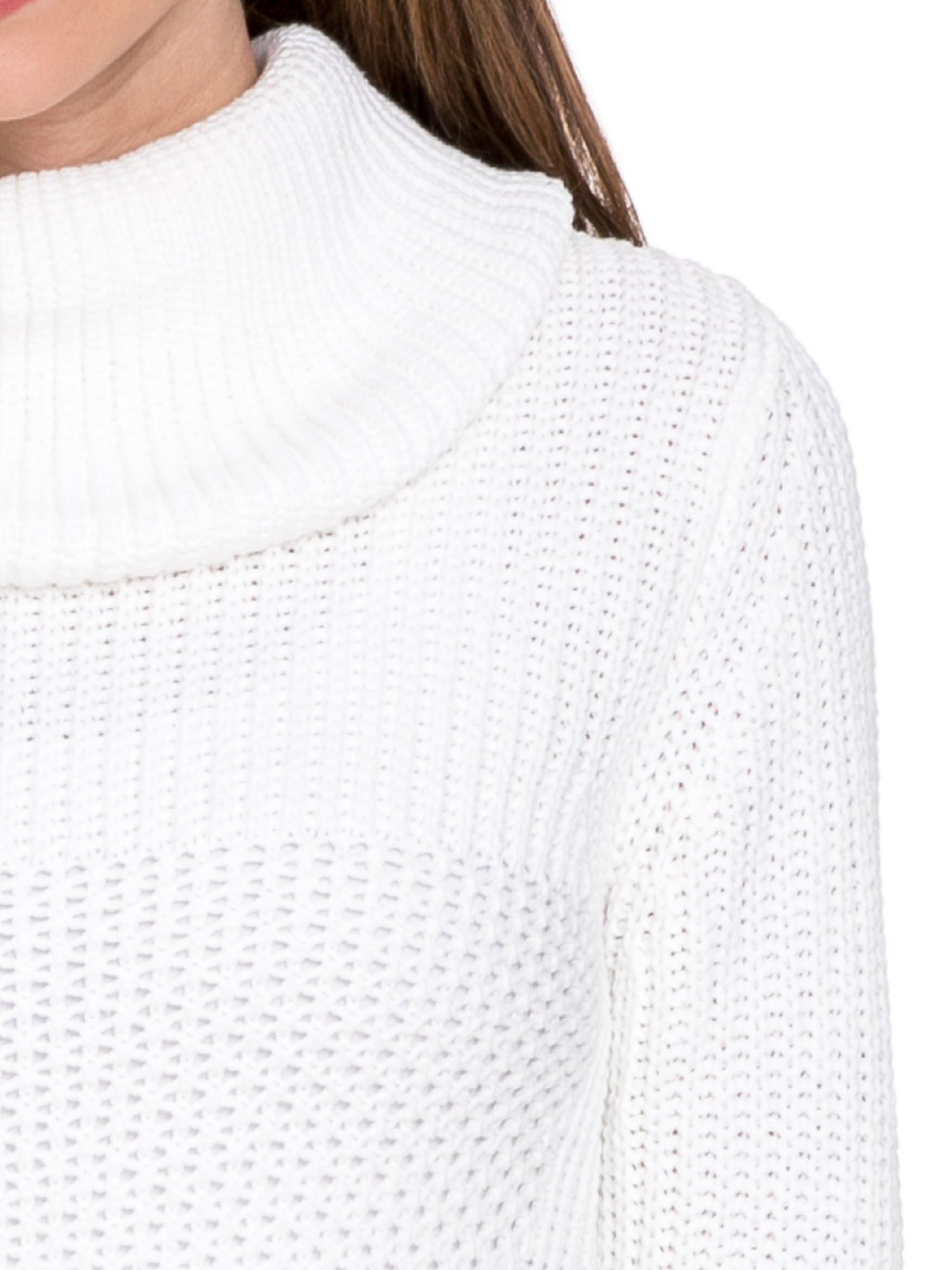 Biały ciepły sweter z golfowym kołnierzem                                  zdj.                                  5