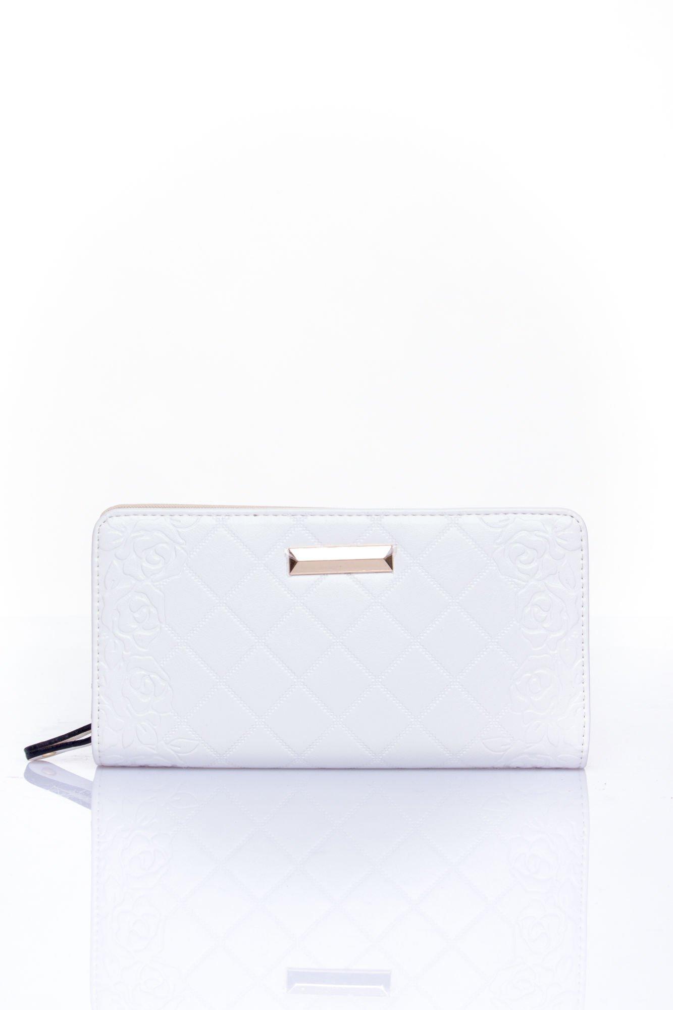 Biały pikowany portfel z kwiatowym tłoczeniem                                  zdj.                                  1