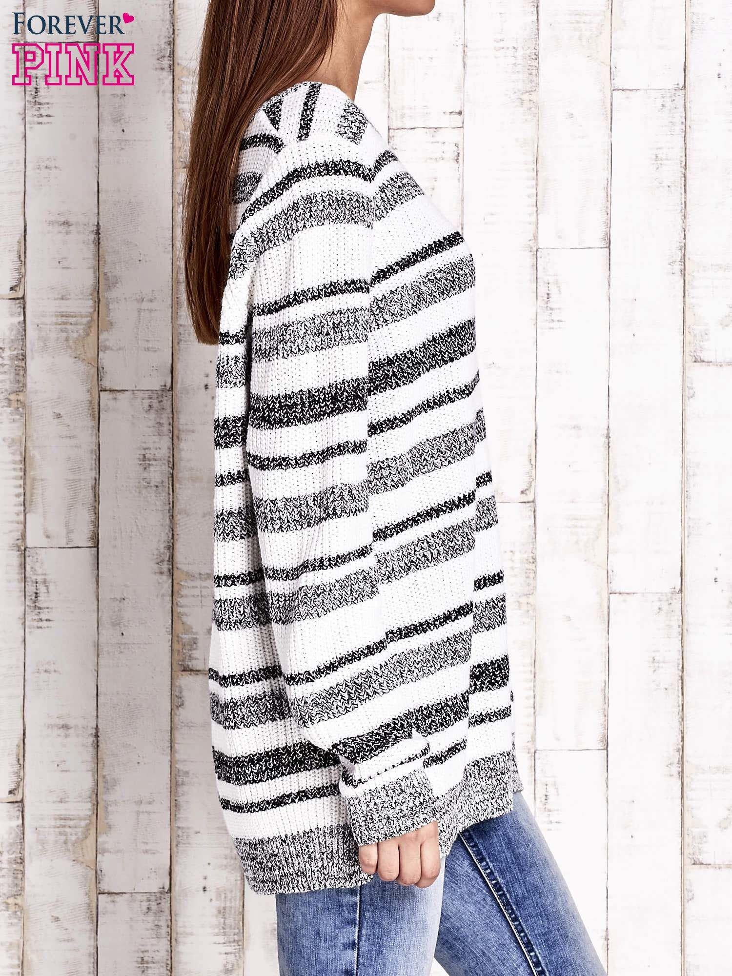 Biały sweter oversize w melanżowe paski                                  zdj.                                  3