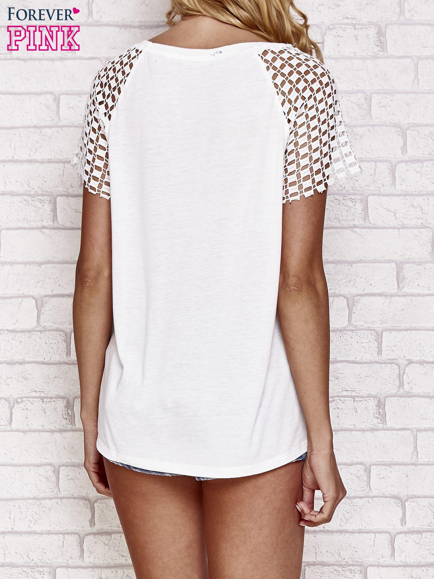 Biały t-shirt EASY COME EASY GO z ażurowymi rękawami                                  zdj.                                  4