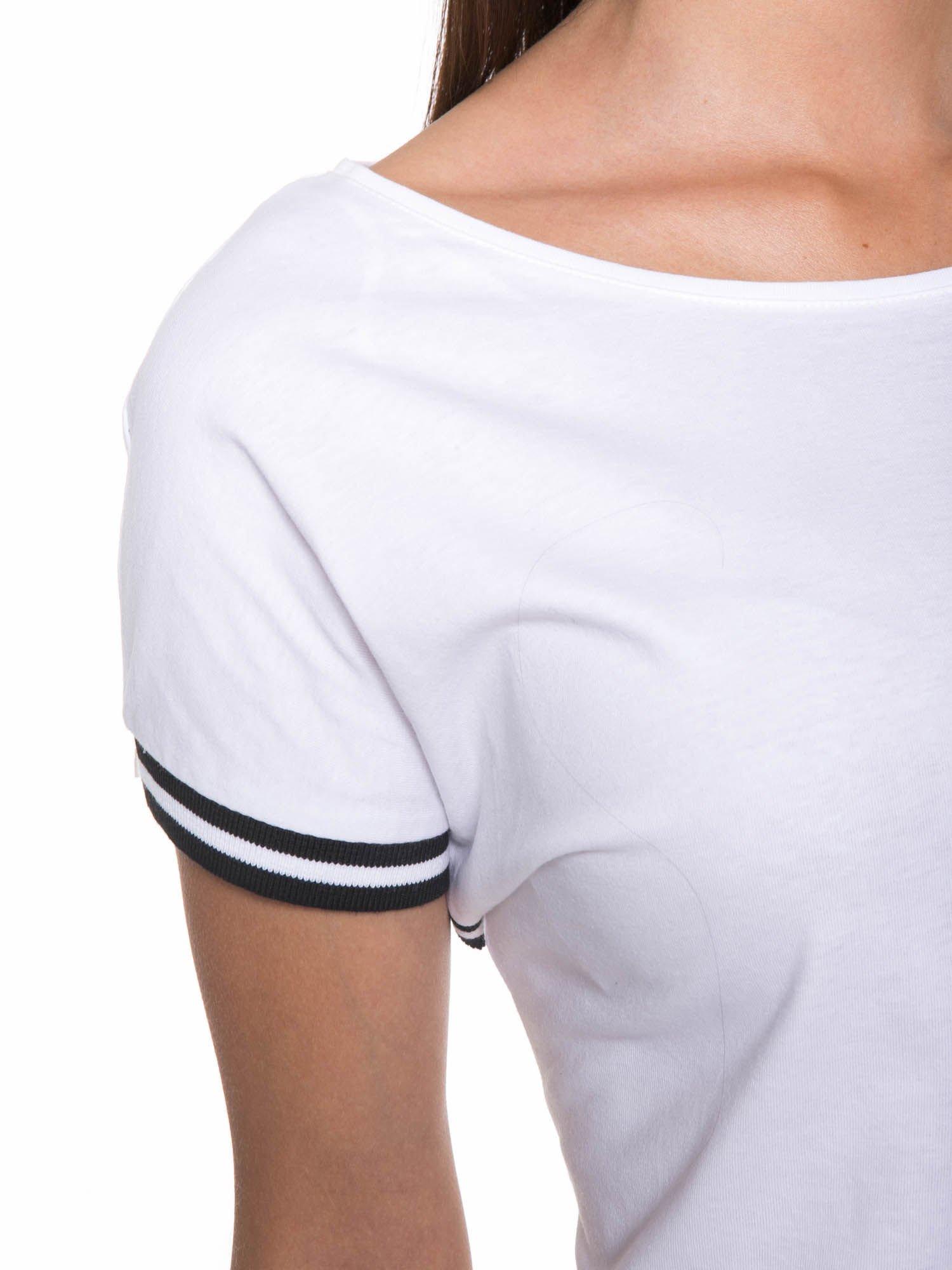 Biały t-shirt damski ze sportową lamówką                                  zdj.                                  6