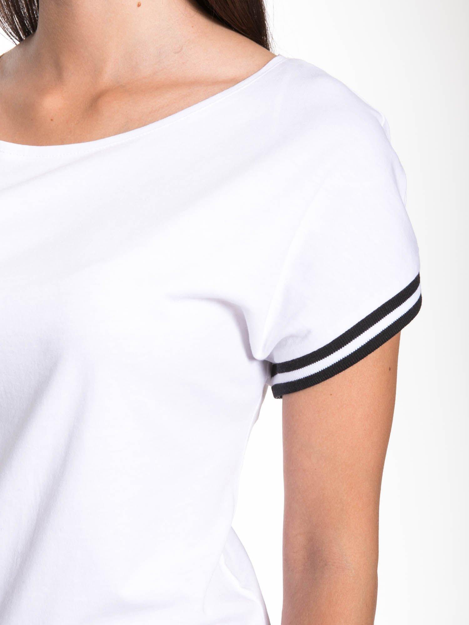 Biały t-shirt damski ze sportową lamówką                                  zdj.                                  8