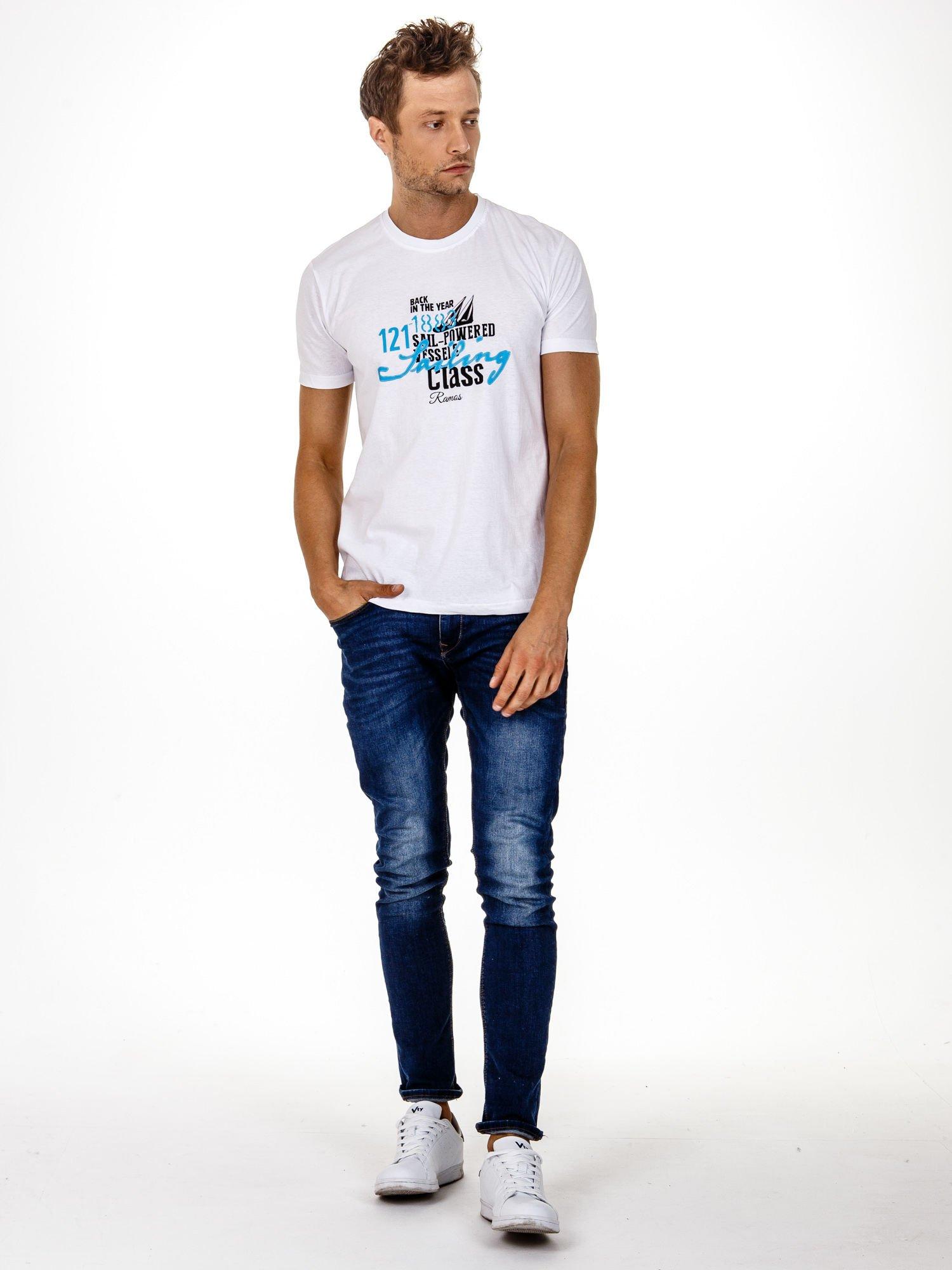 Biały t-shirt męski z marynarskim motywem i napisem SAILING                                  zdj.                                  3