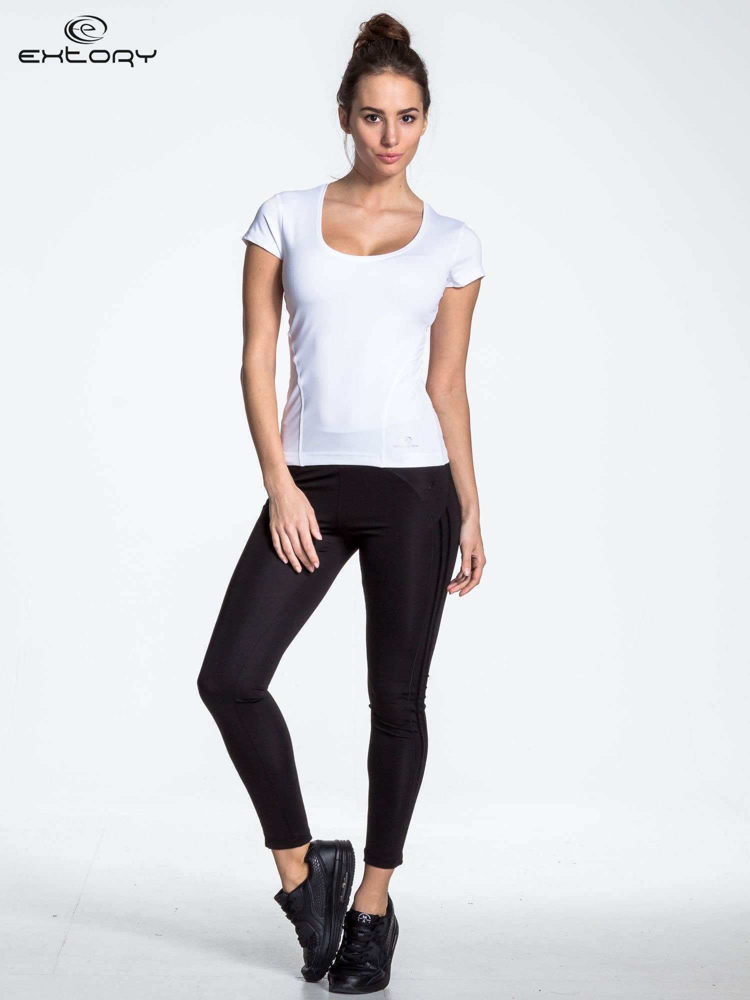 Biały t-shirt sportowy basic z dekoltem U                                  zdj.                                  2