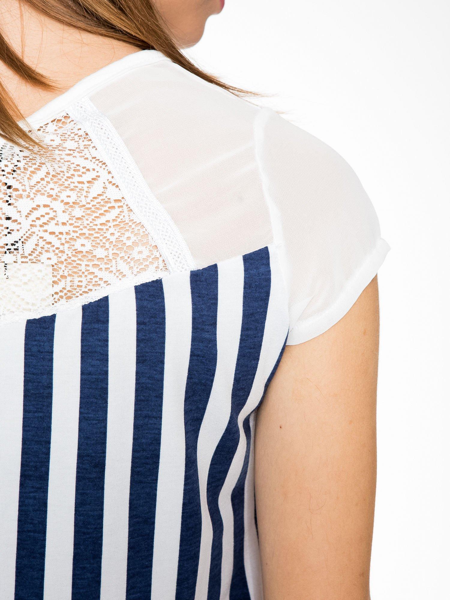 Biały t-shirt w paski z ażurowym karczkiem                                  zdj.                                  8