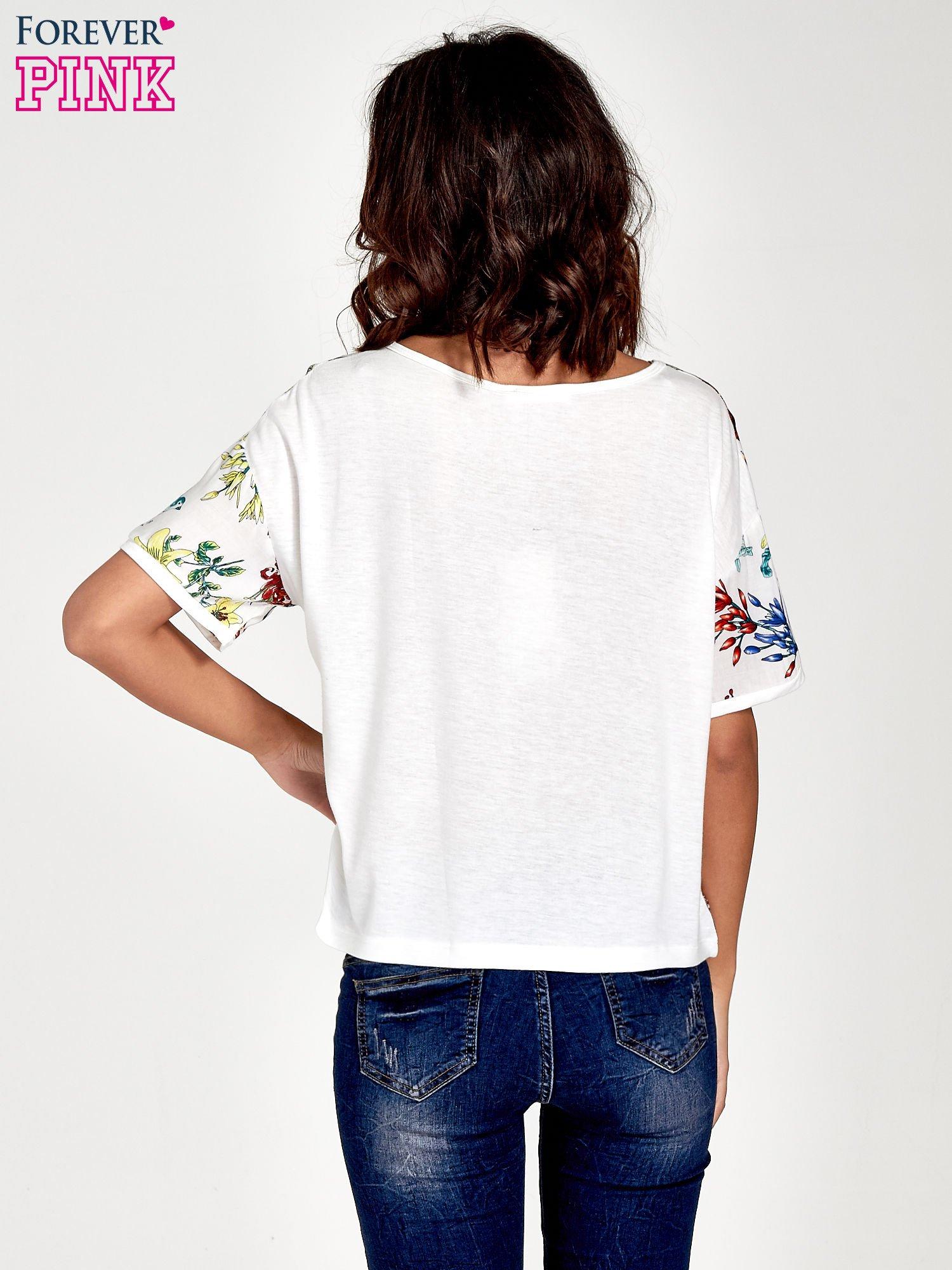 Biały t-shirt we wzór roślinny                                  zdj.                                  4