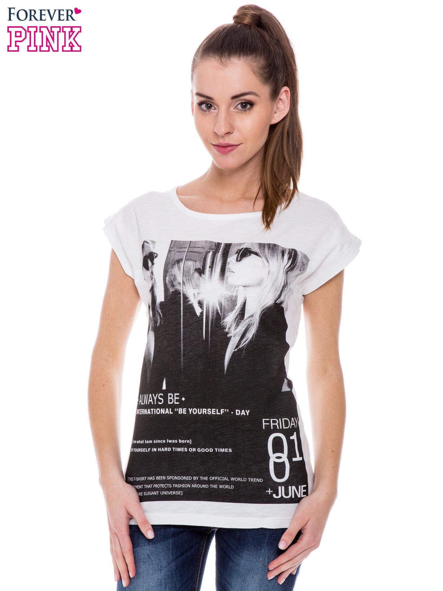 Biały t-shirt z blogerskim nadrukiem                                  zdj.                                  1