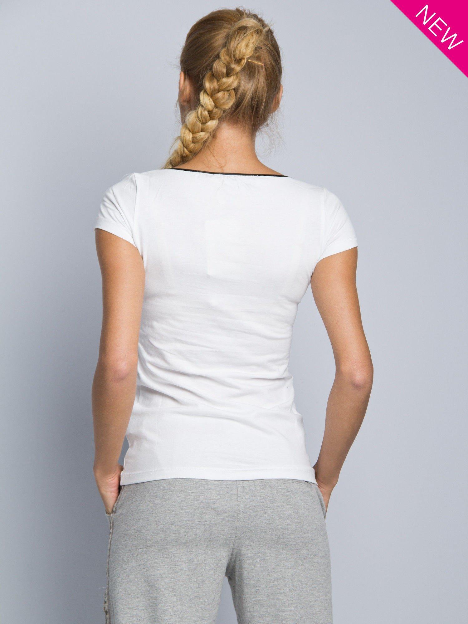 Biały t-shirt z czarną lamówką przy dekolcie                                  zdj.                                  3