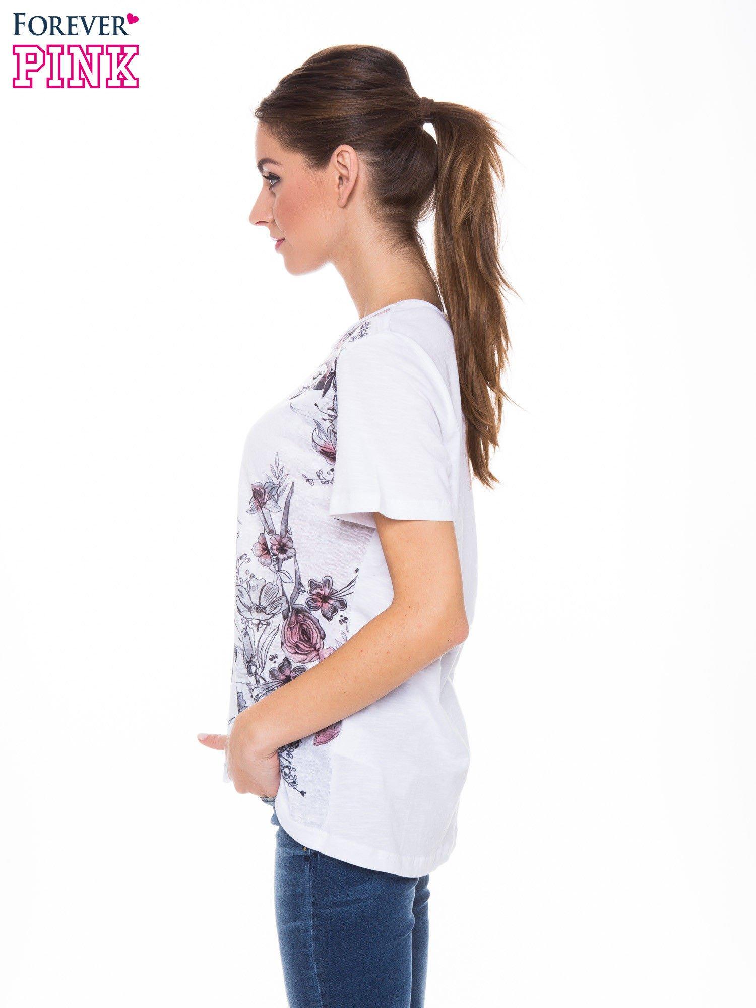 Biały t-shirt z czarnym nadrukiem roślinnym                                  zdj.                                  2
