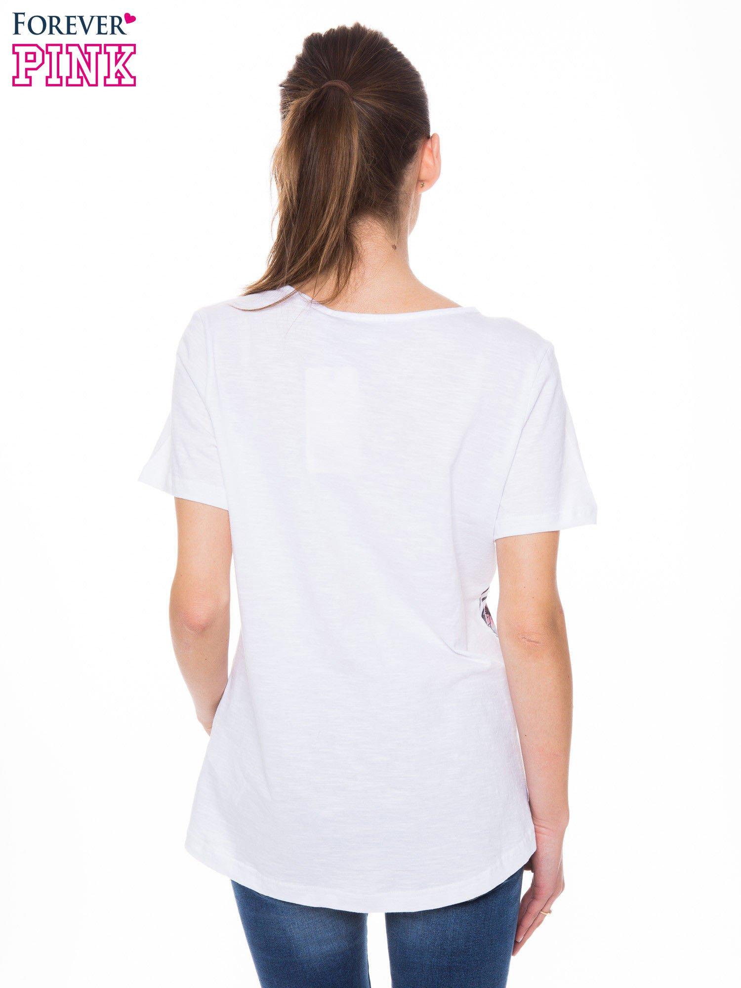 Biały t-shirt z czarnym nadrukiem roślinnym                                  zdj.                                  3