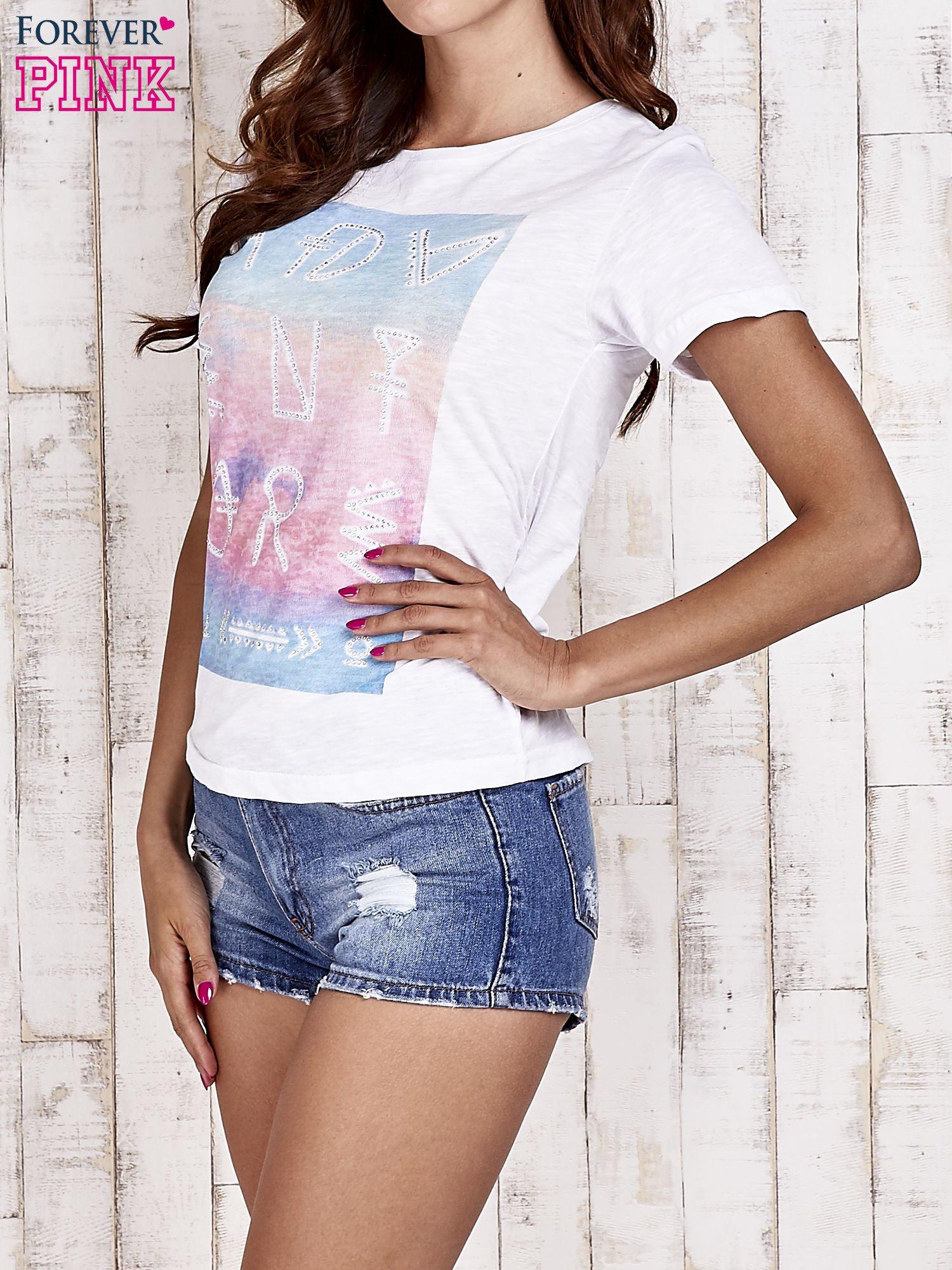 Biały t-shirt z dżetami                                  zdj.                                  3