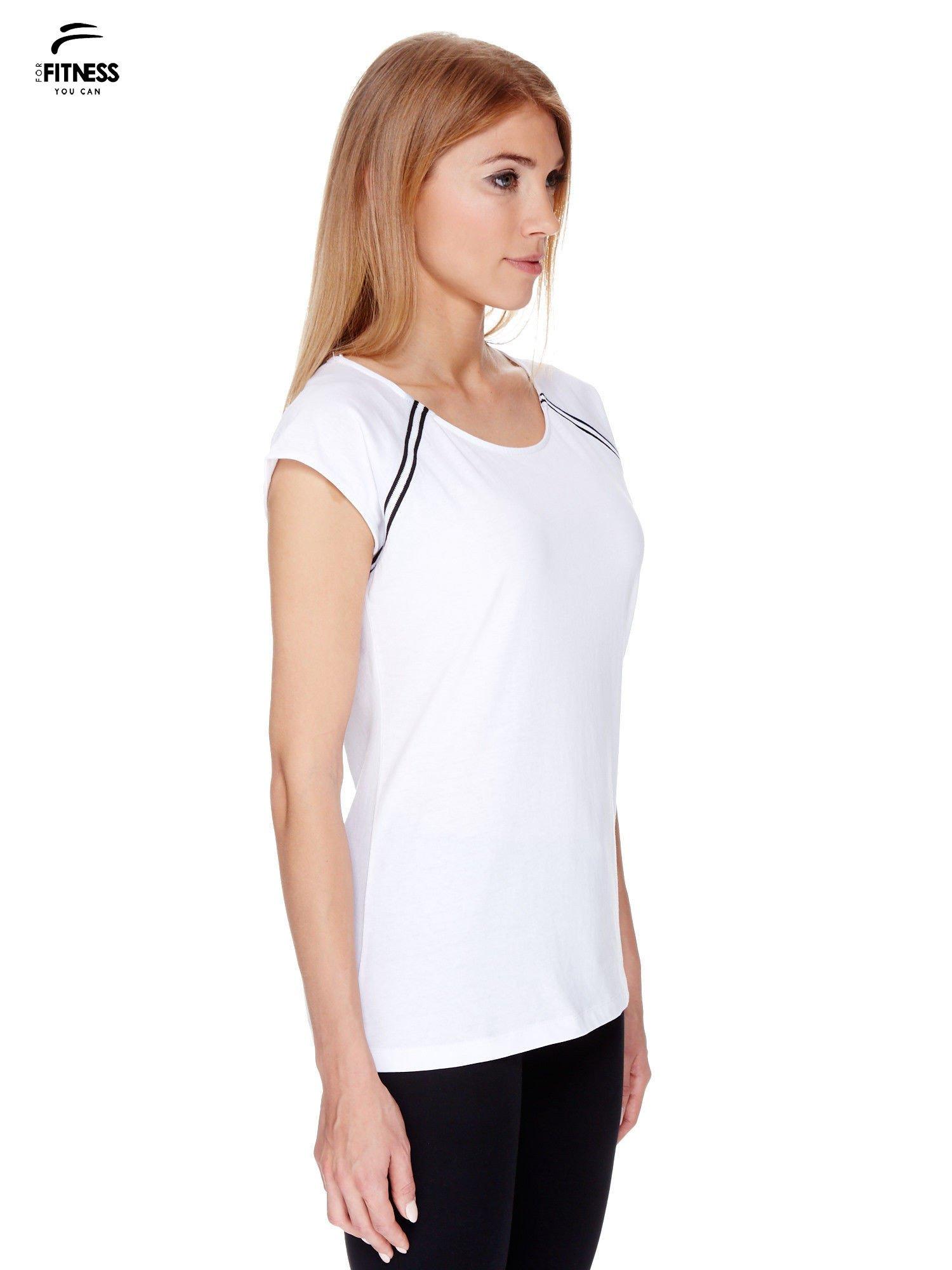 Biały t-shirt z kontrastowym przeszyciem przy rękawach                                  zdj.                                  3