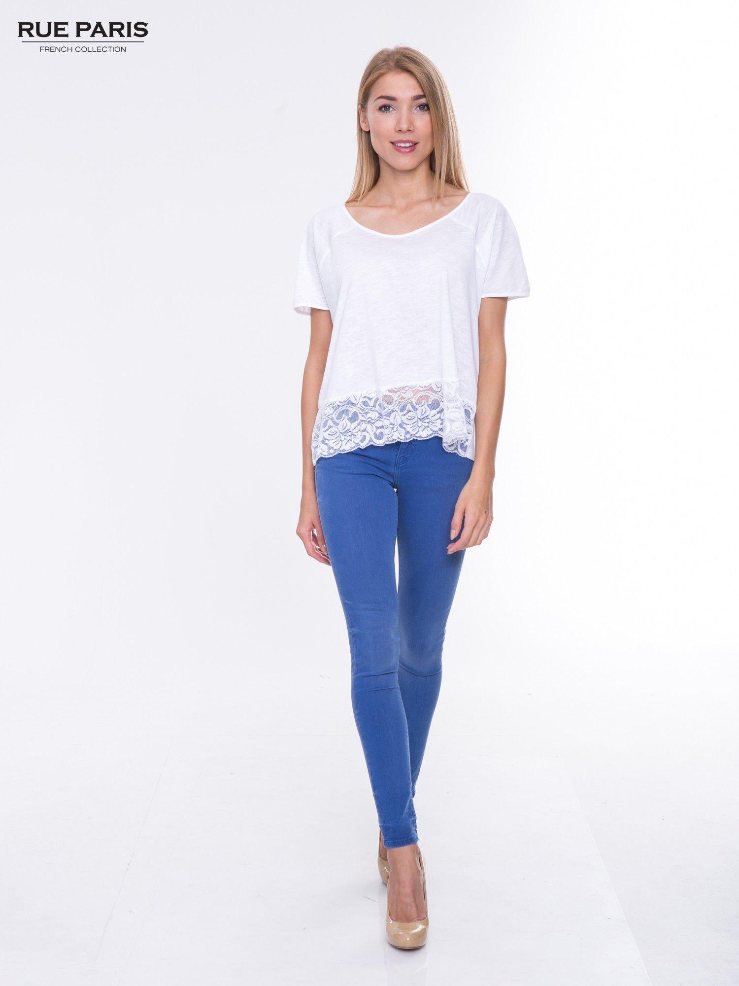 Biały t-shirt z koronkowym dołem                                  zdj.                                  4