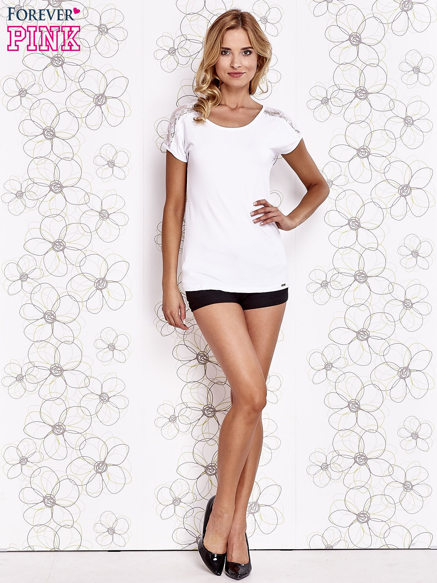Biały t-shirt z koronkowym wykończeniem rękawów                                  zdj.                                  2
