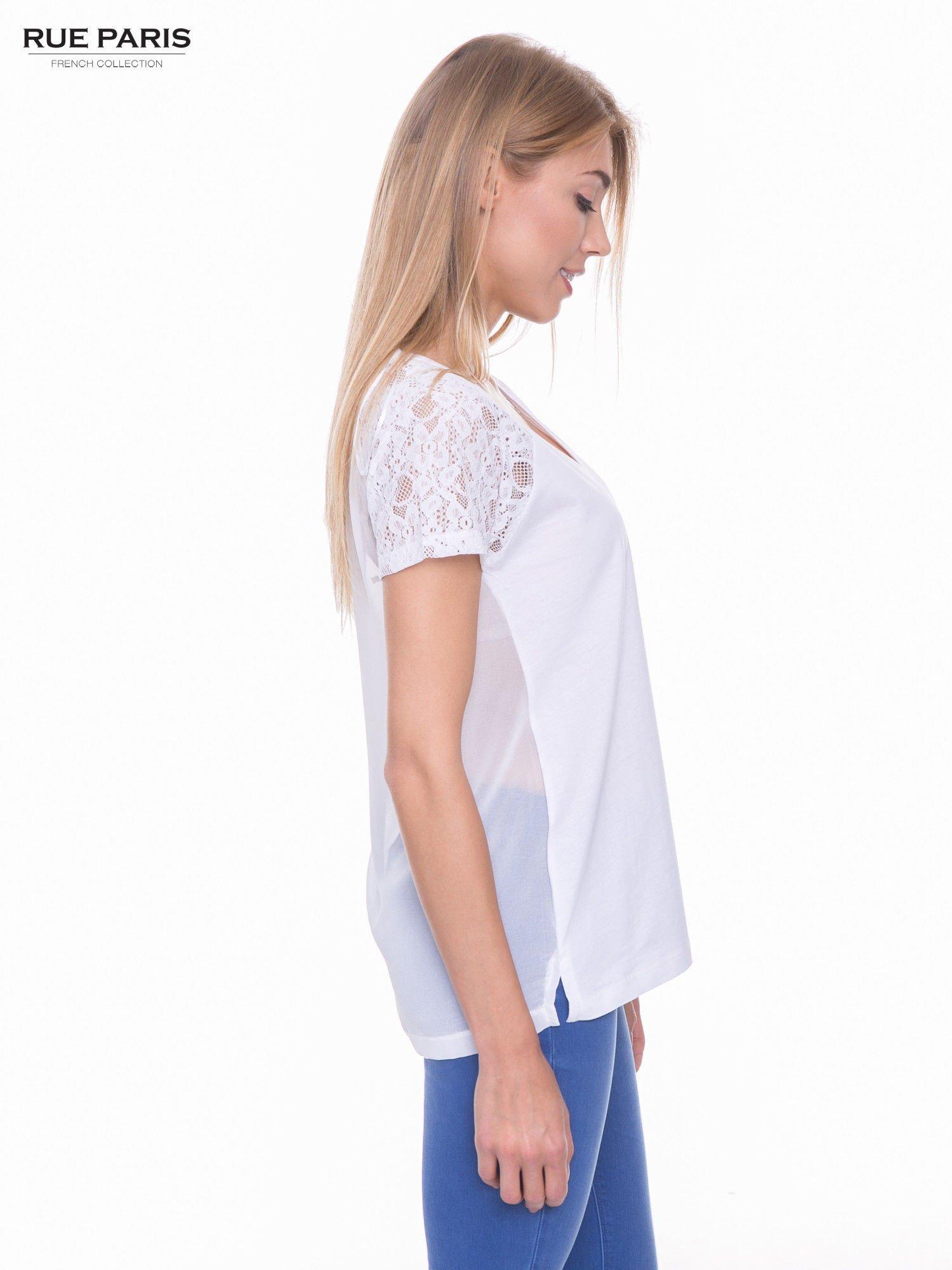 Biały t-shirt z koronkowymi rękawami i szyfonowym tyłem                                  zdj.                                  2