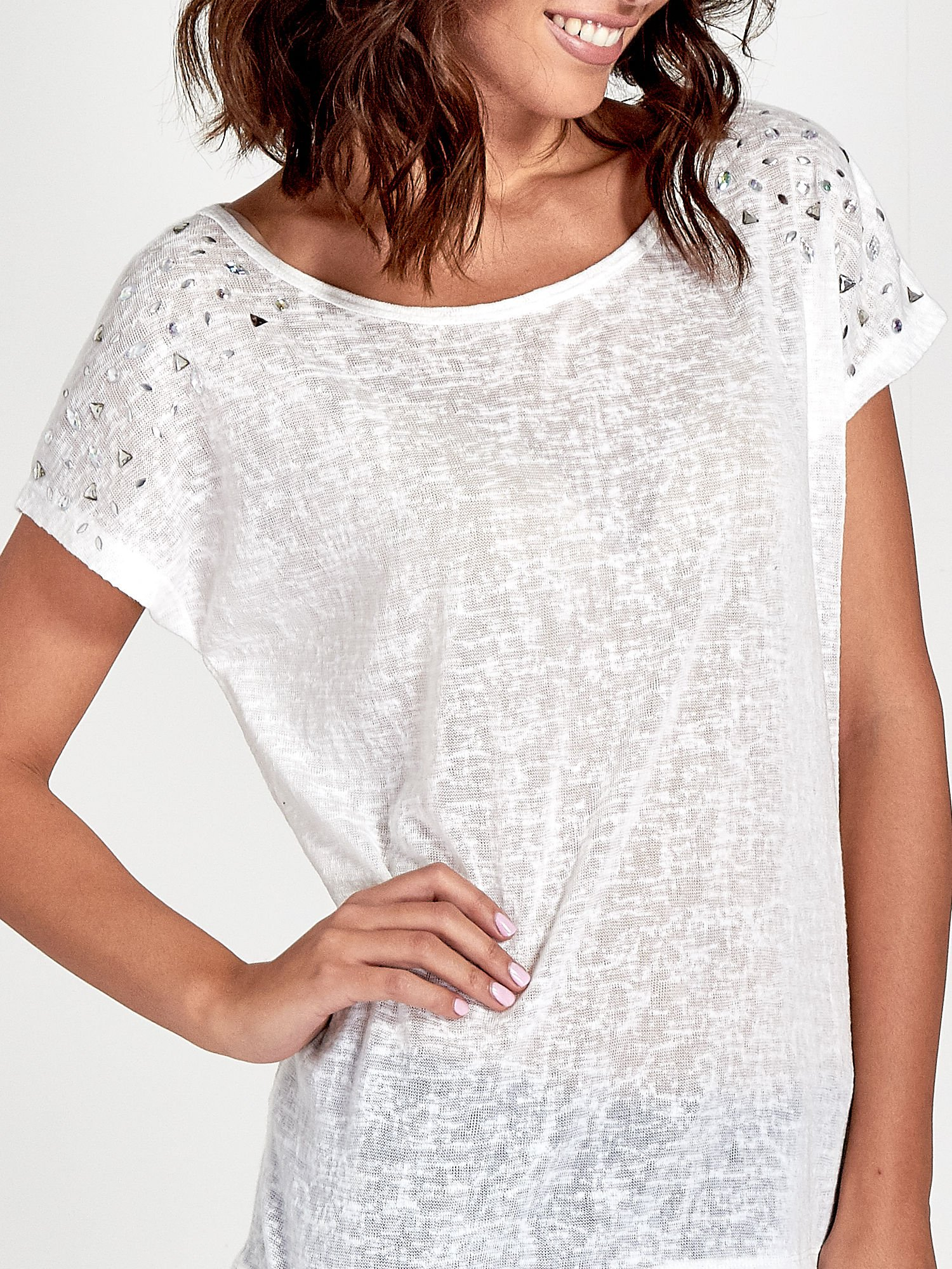 Biały t-shirt z kryształkami na rękawach                                  zdj.                                  5