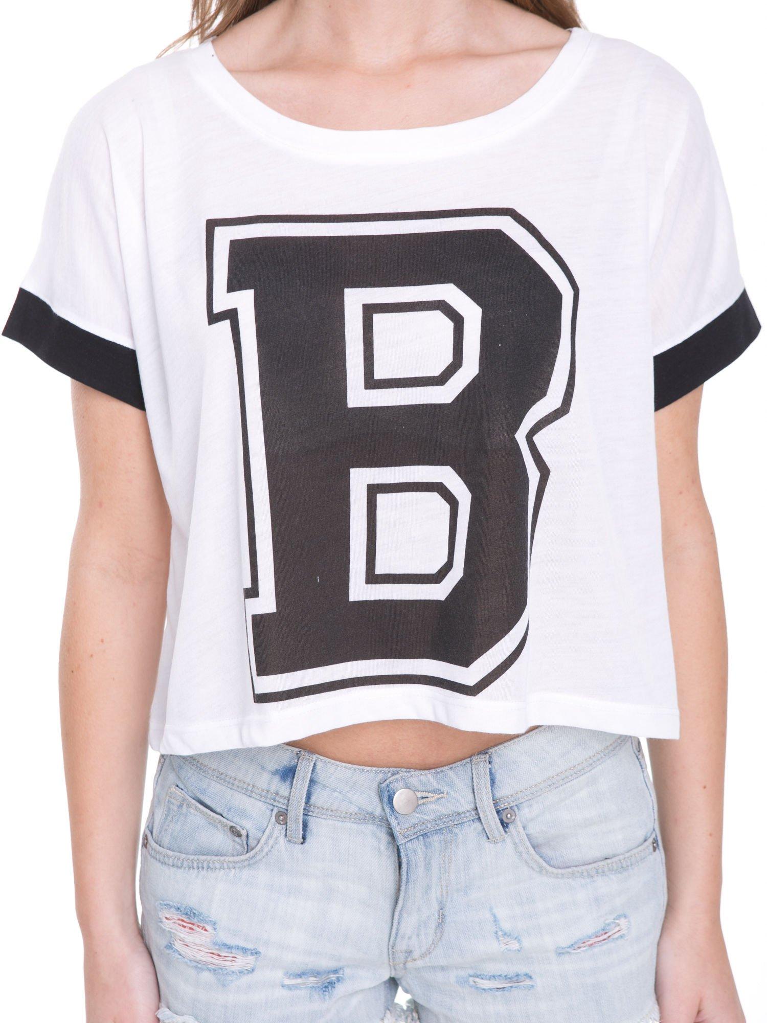 Biały t-shirt z literą B i kontrastowymi rękawami w stylu baseballowym                                  zdj.                                  6