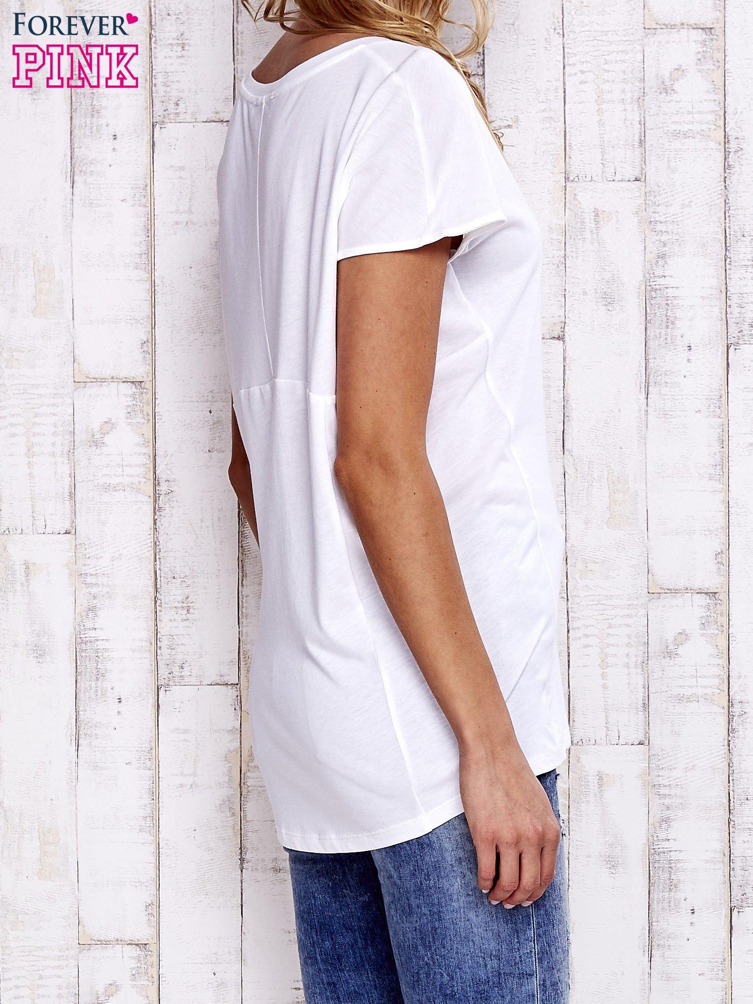 Biały t-shirt z modelującymi przeszyciami                                  zdj.                                  3