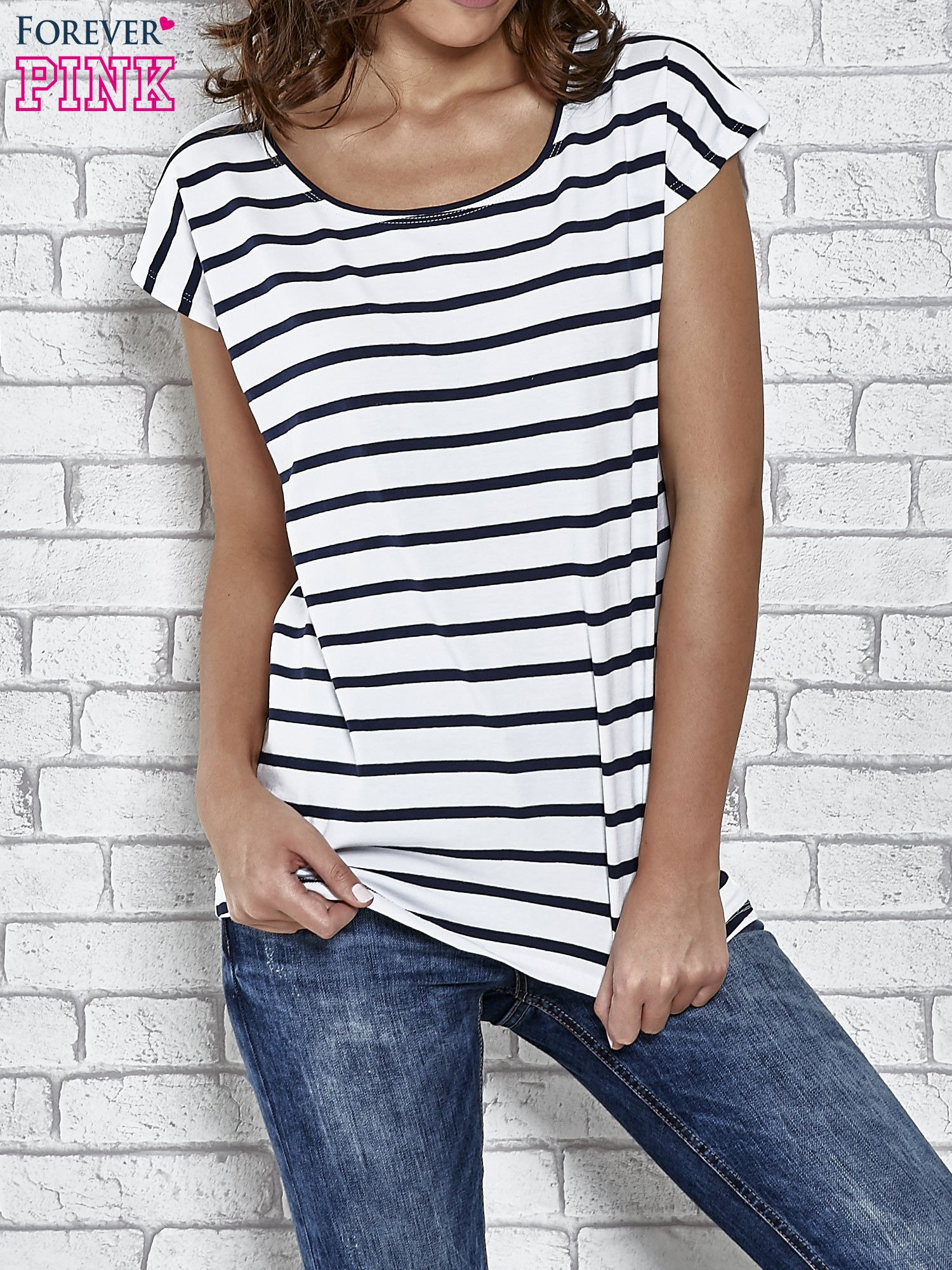 Biały t-shirt z motywem pasków                                   zdj.                                  1
