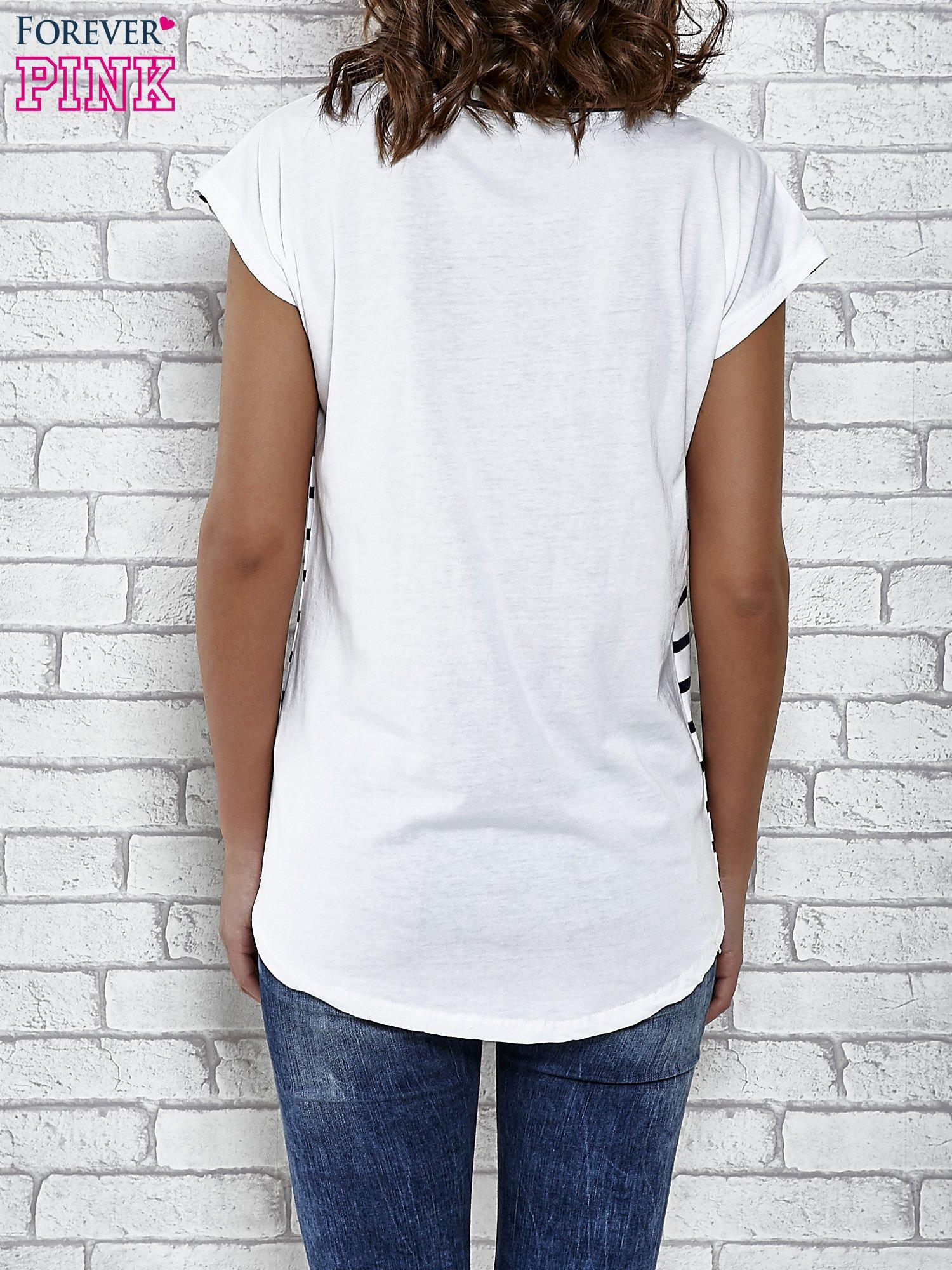 Biały t-shirt z motywem pasków                                   zdj.                                  4