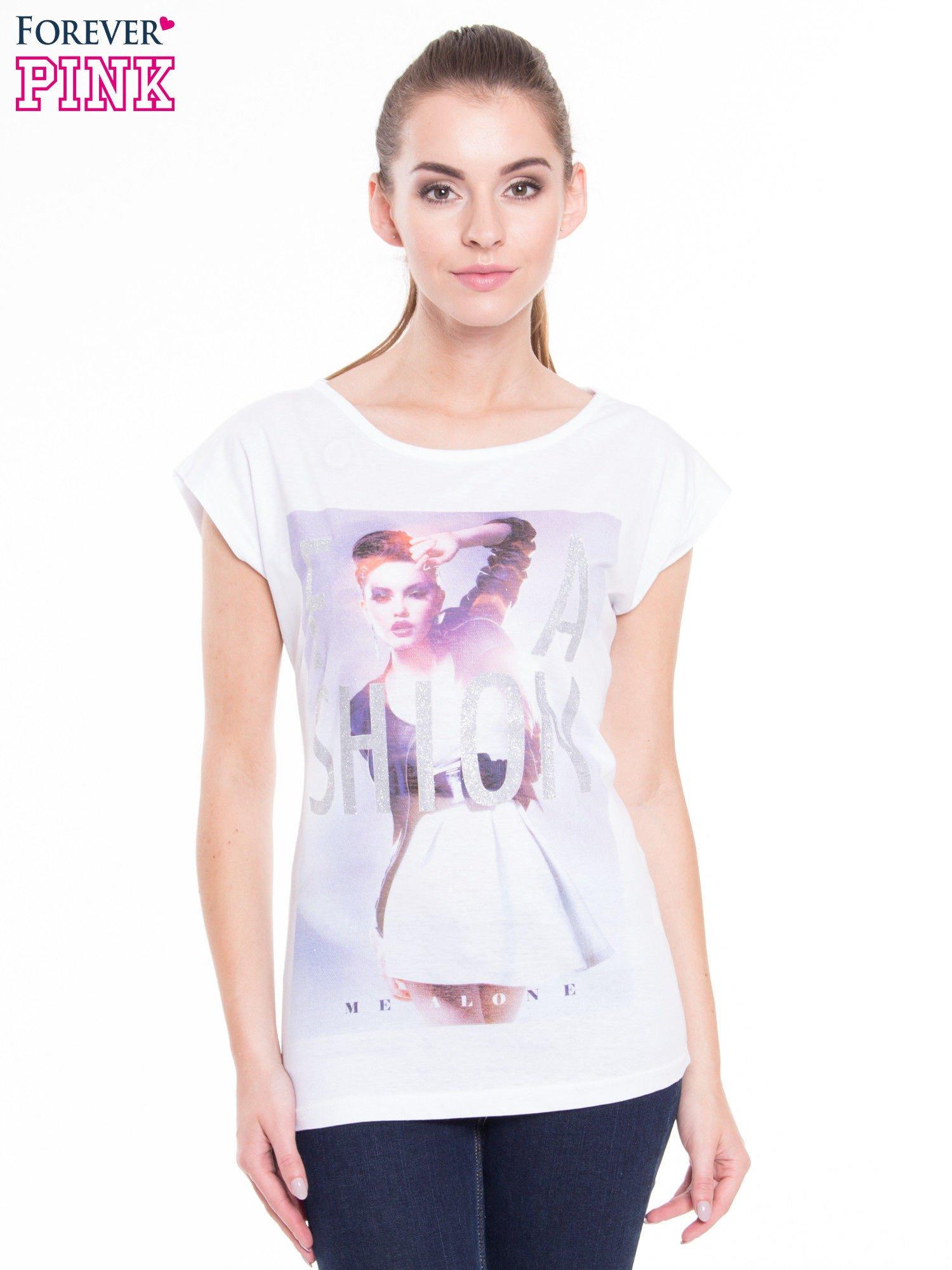 Biały t-shirt z nadrukiem fashion                                  zdj.                                  1