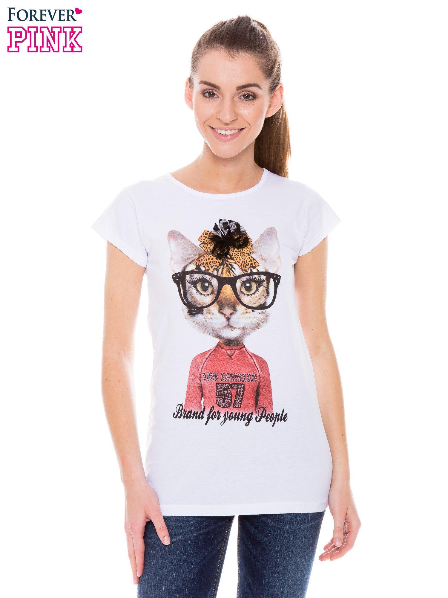 Biały  t-shirt z nadrukiem kotki w nerdach                                  zdj.                                  1