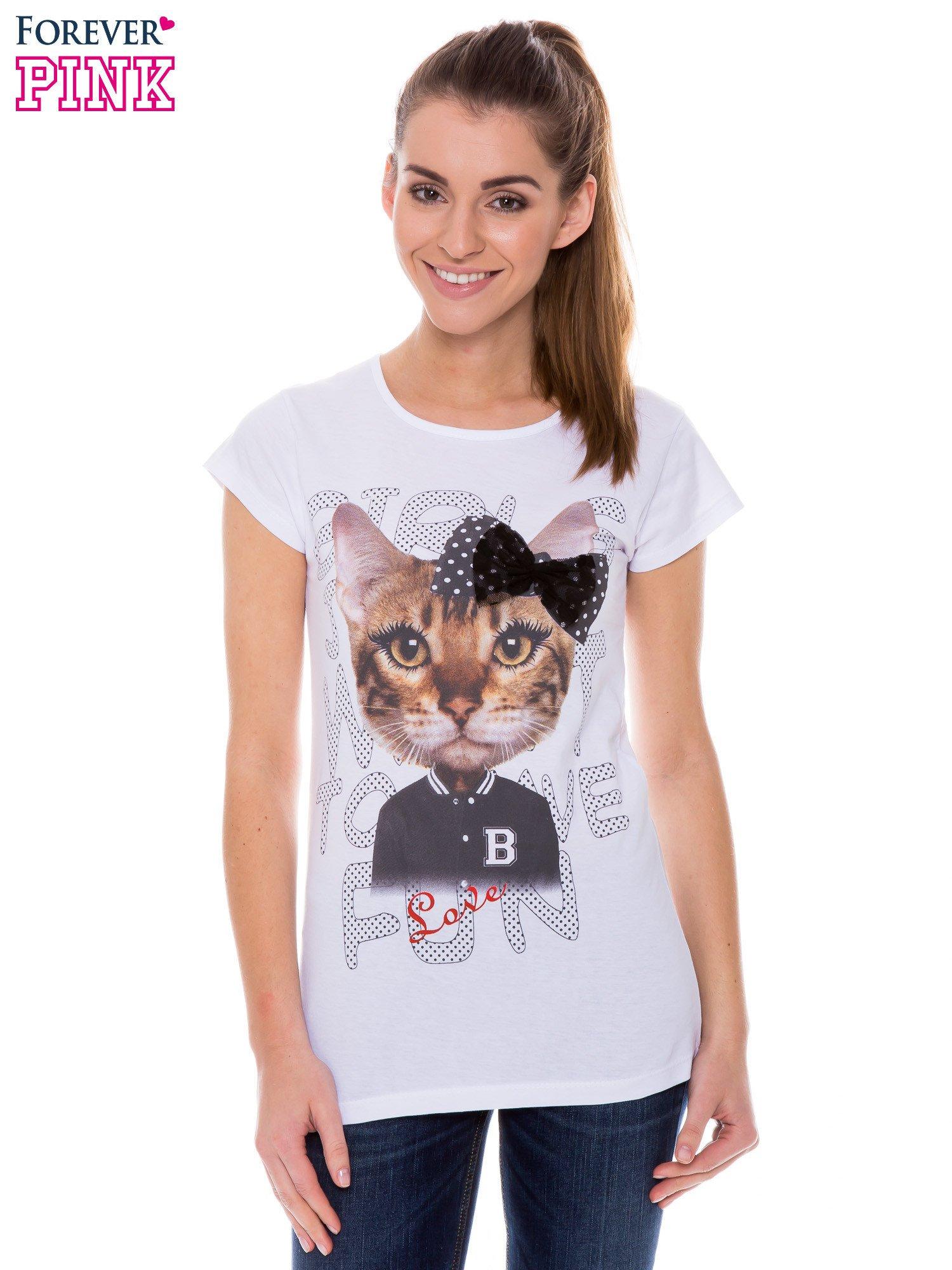 Biały t-shirt z nadrukiem kotki z kokardą                                  zdj.                                  1