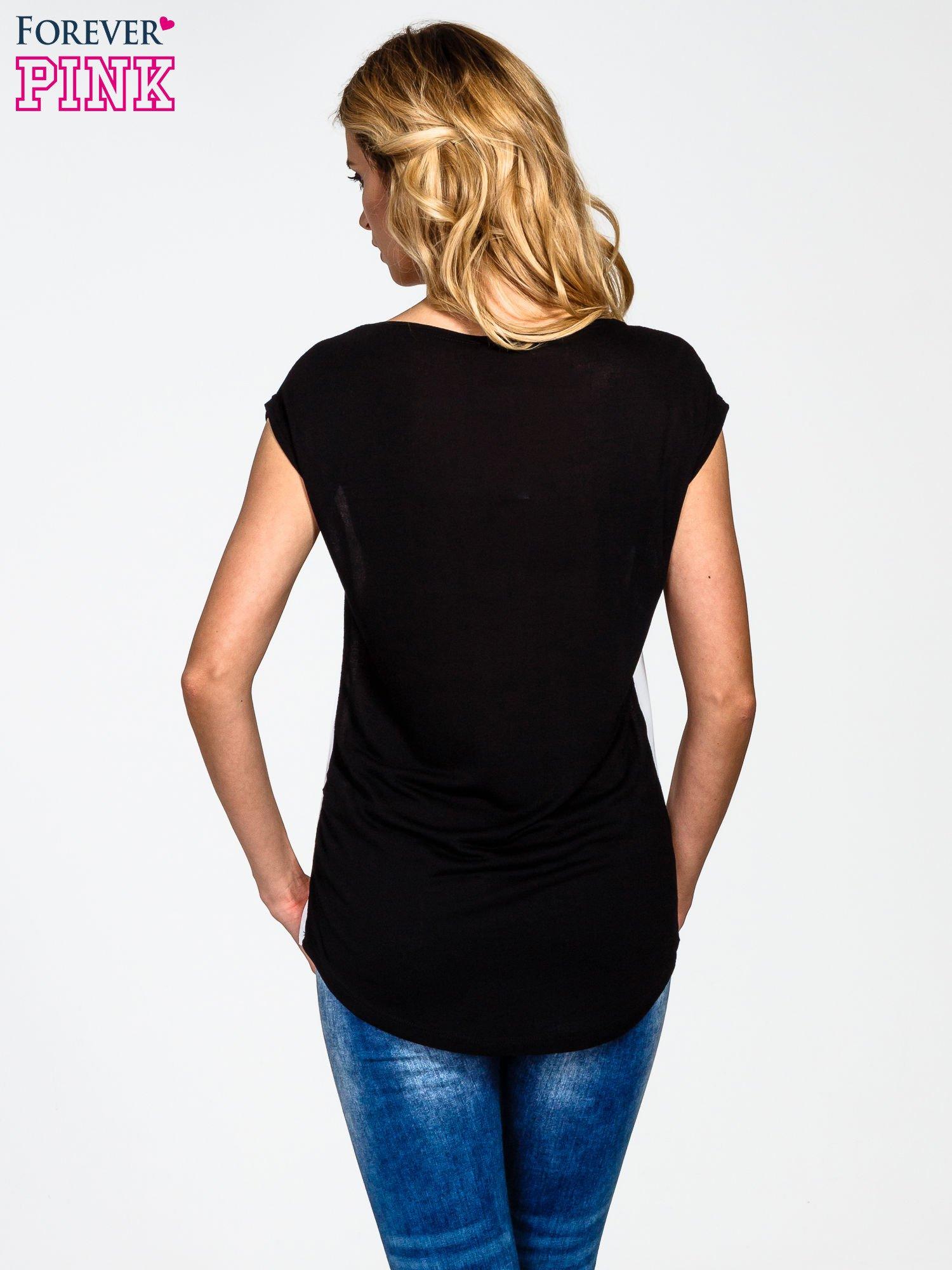 Biały t-shirt z nadrukiem modelki                                  zdj.                                  4
