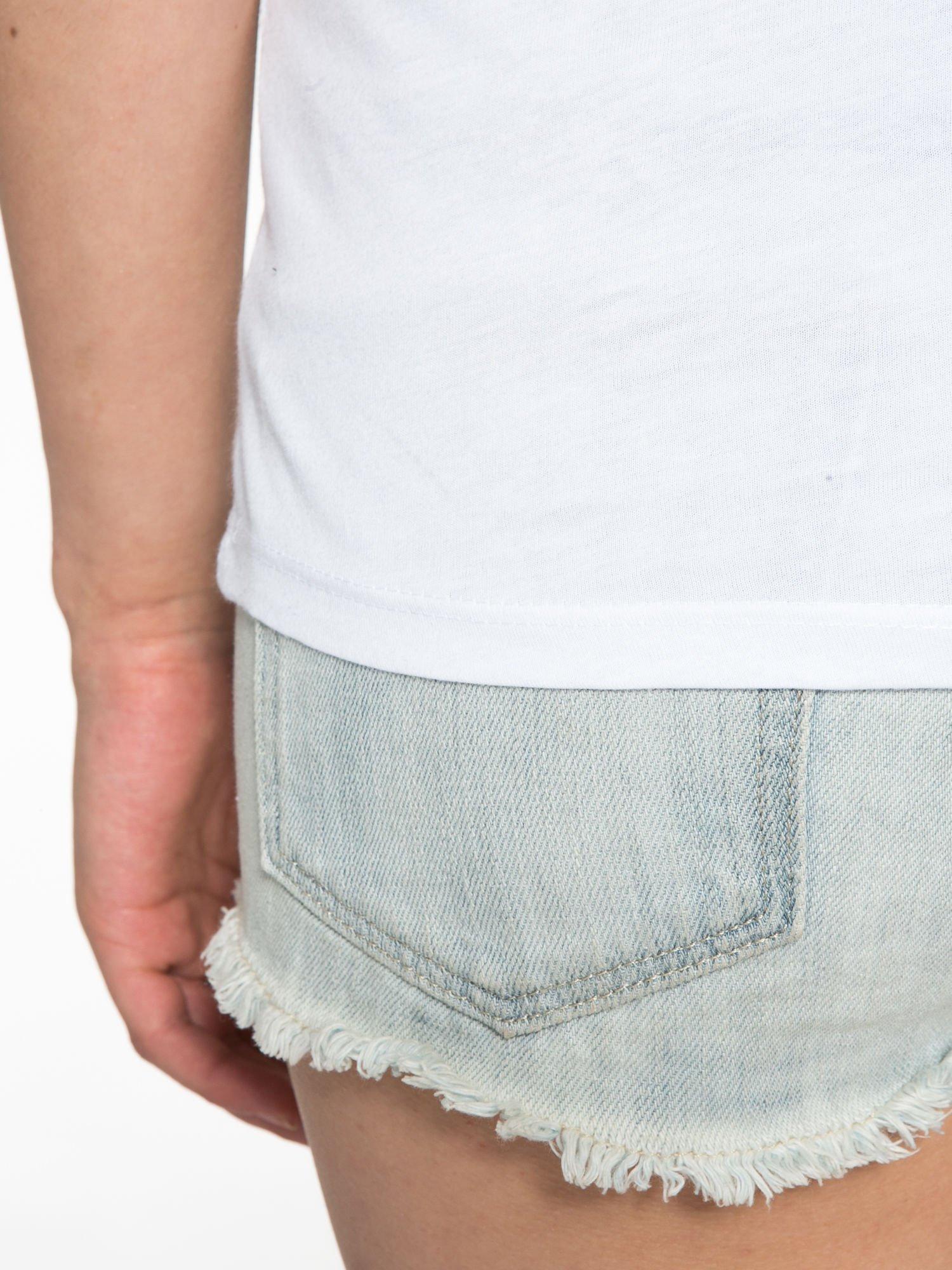 Bialy t-shirt z nadrukiem troskliwych misiów                                  zdj.                                  12