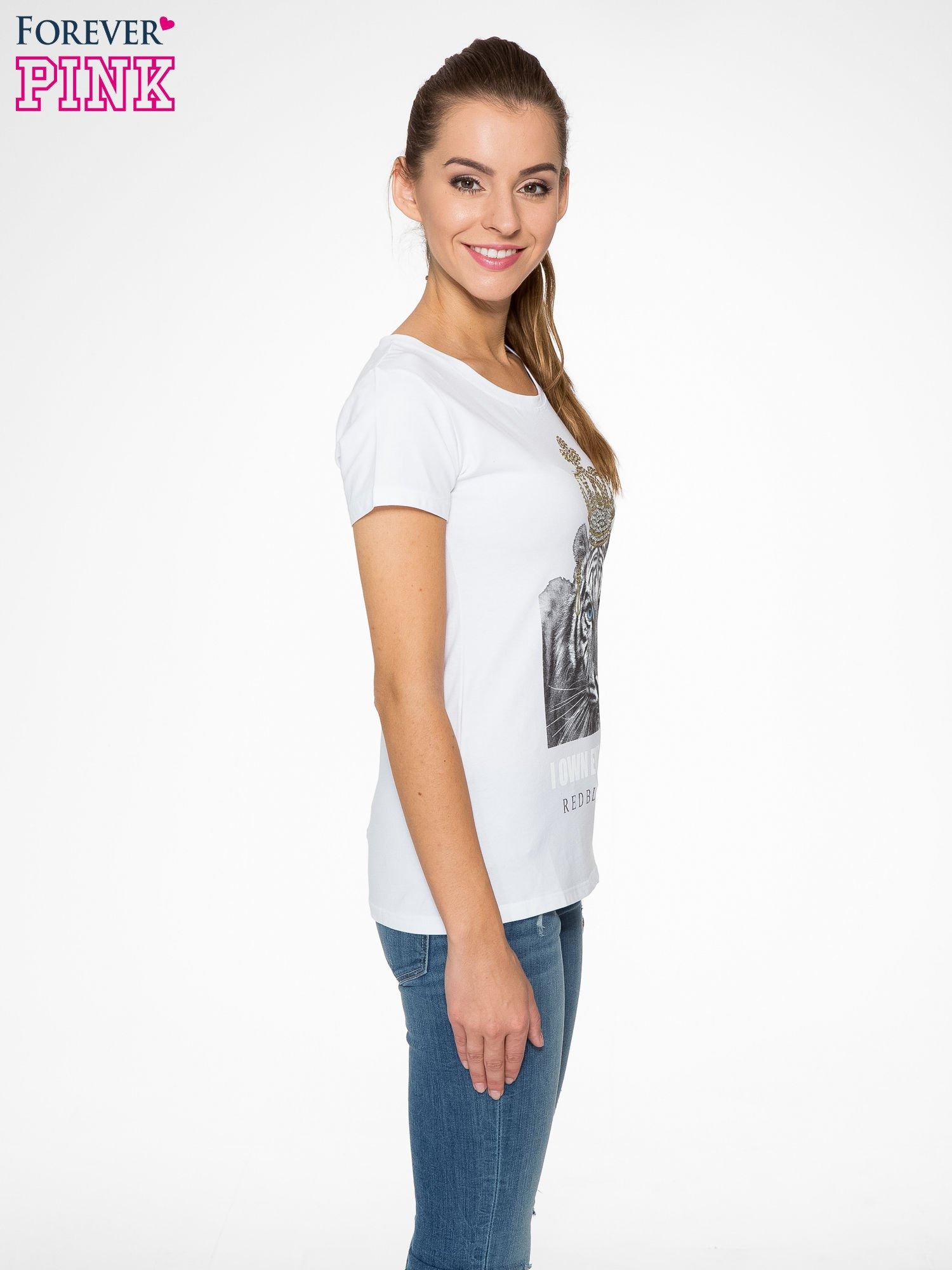 Biały t-shirt z nadrukiem tygrysa z koroną                                  zdj.                                  3