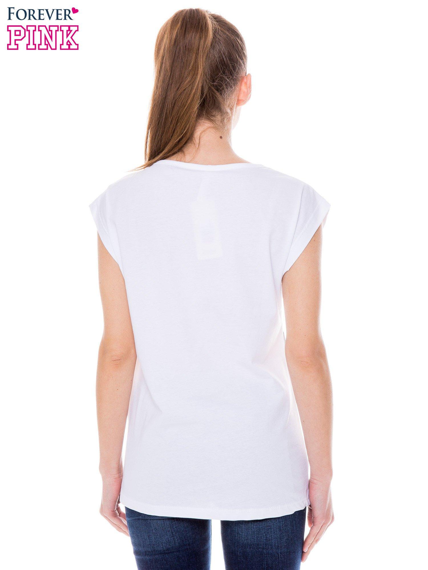 Biały t-shirt z nadrukiem wilka                                  zdj.                                  3