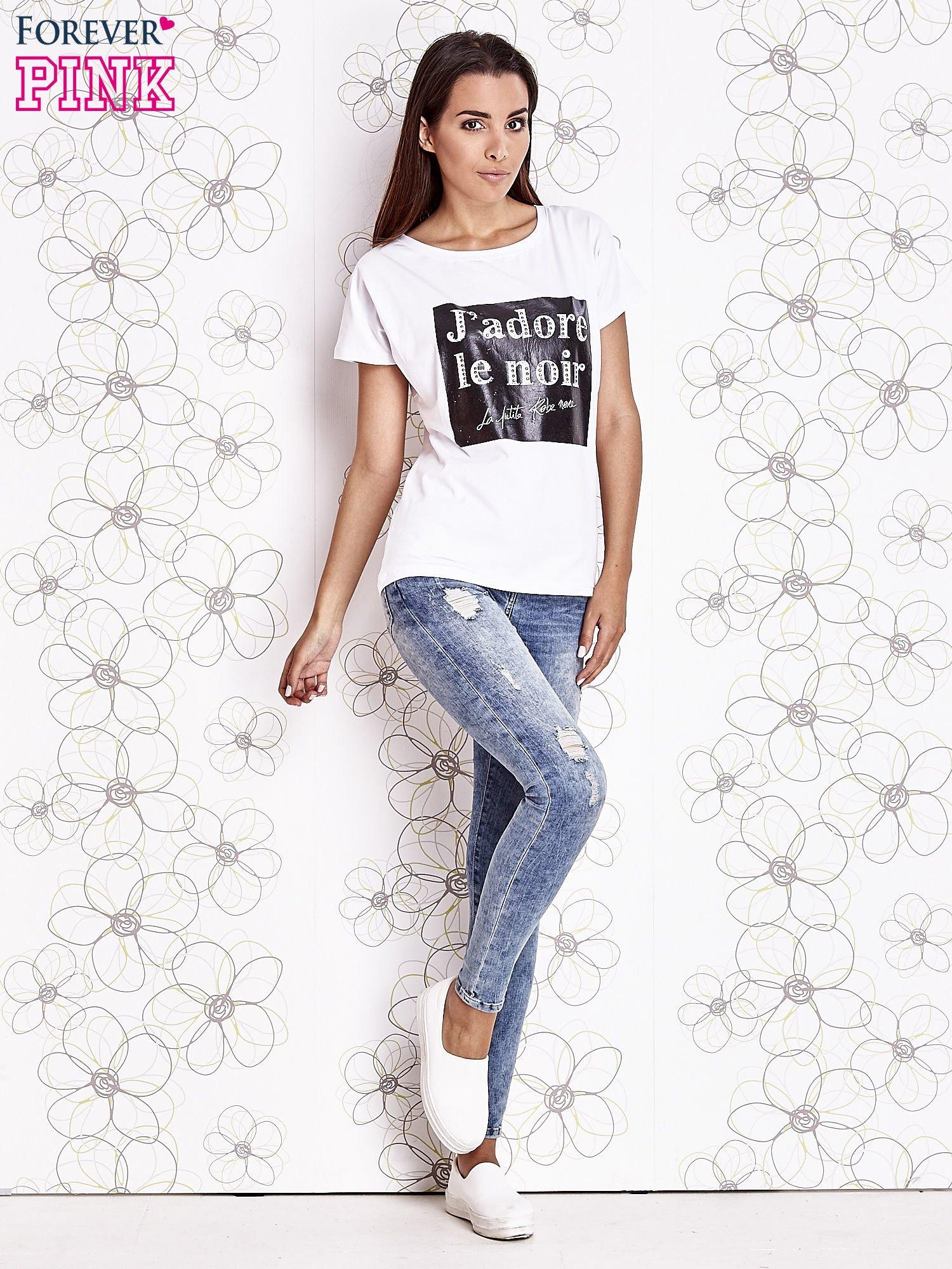 Biały t-shirt z napisem J'ADORE LE NOIR                                  zdj.                                  2