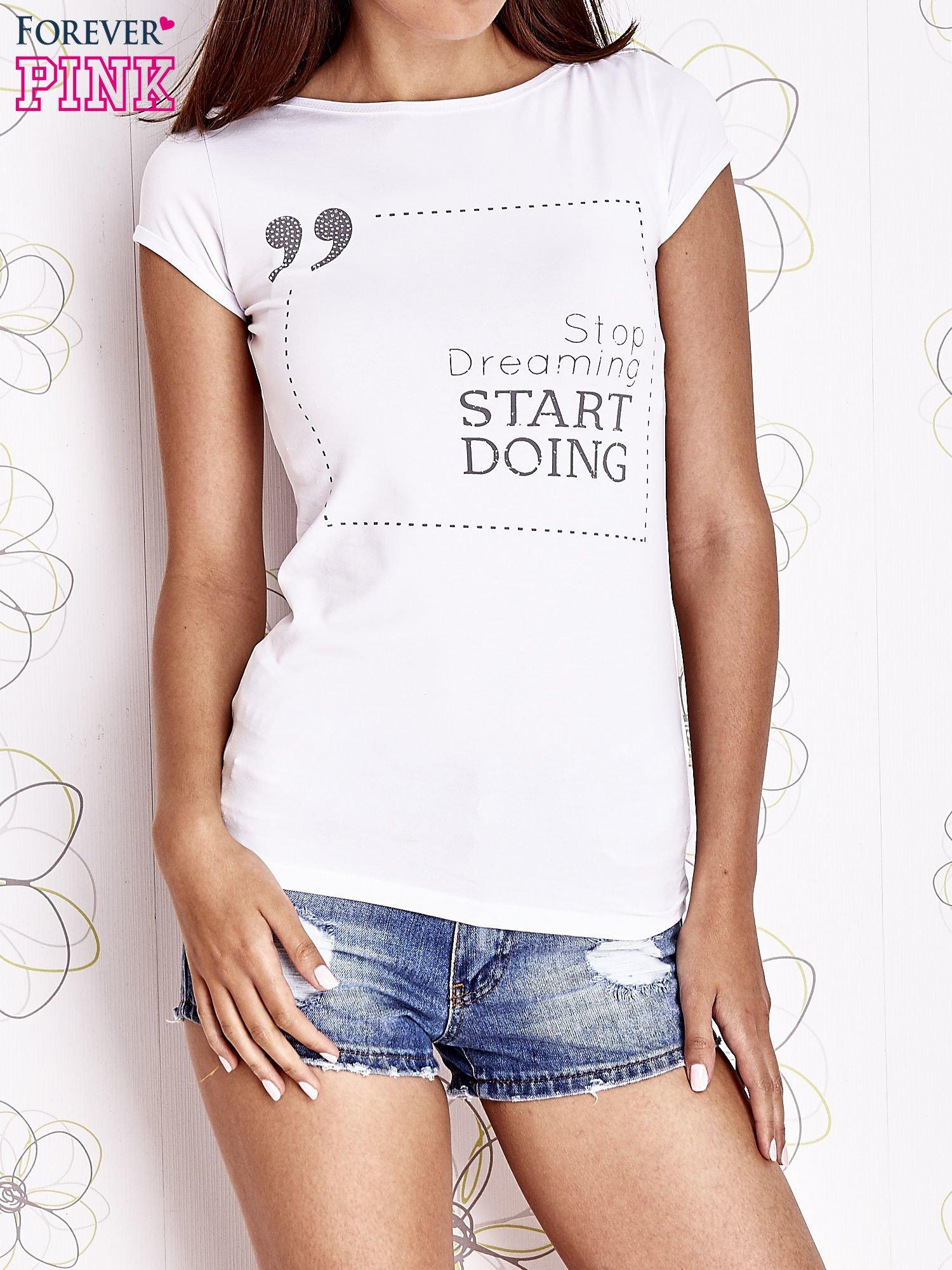 Biały t-shirt z napisem STOP DREAMING START DOING                                  zdj.                                  1