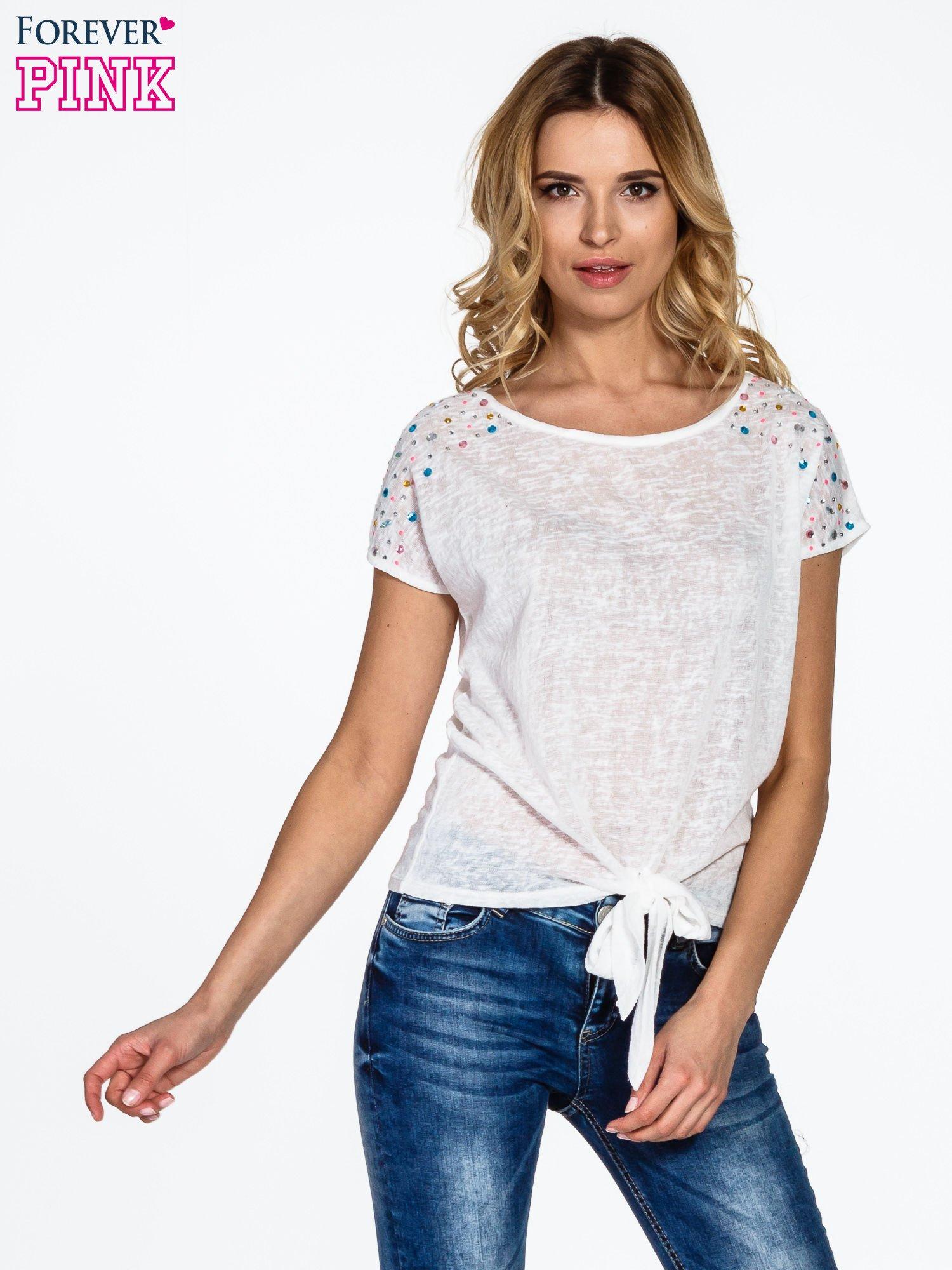 Biały t-shirt z węzłem zdobiony kryształkami                                  zdj.                                  1