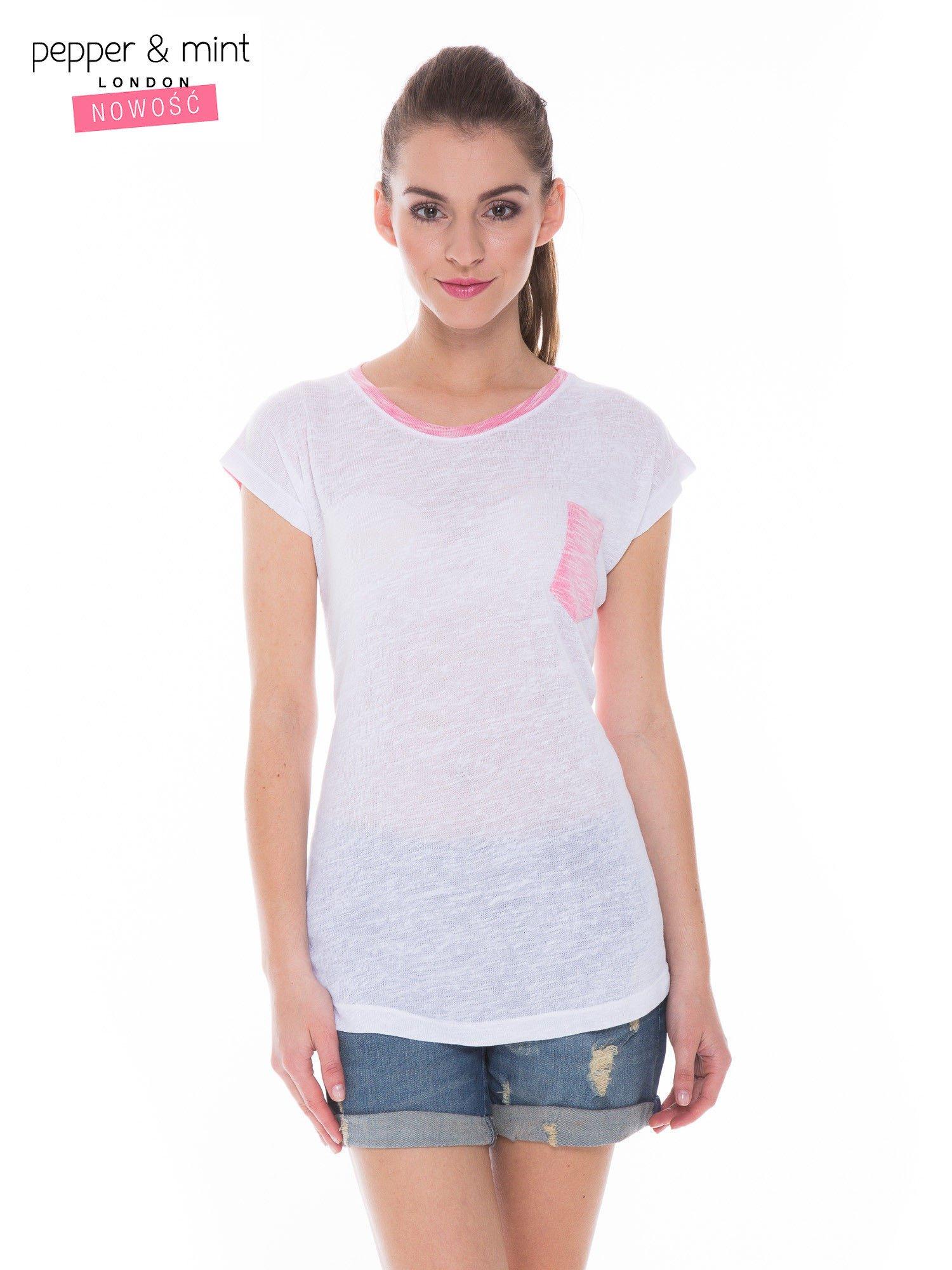 Biały t-shirt z wydłużanym tyłem w kolorze fuksji                                  zdj.                                  1