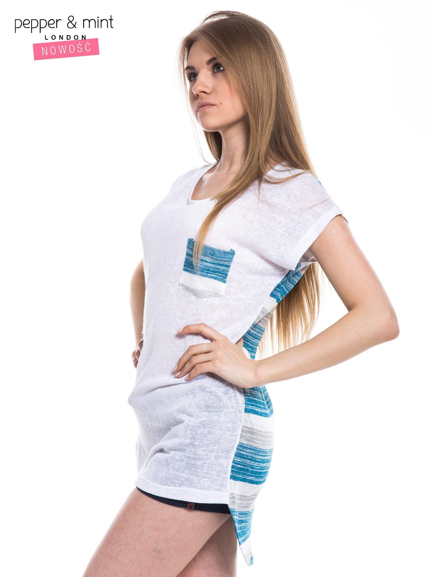 Biały t-shirt z wydłużanym tyłem w niebieskie paski                                  zdj.                                  2