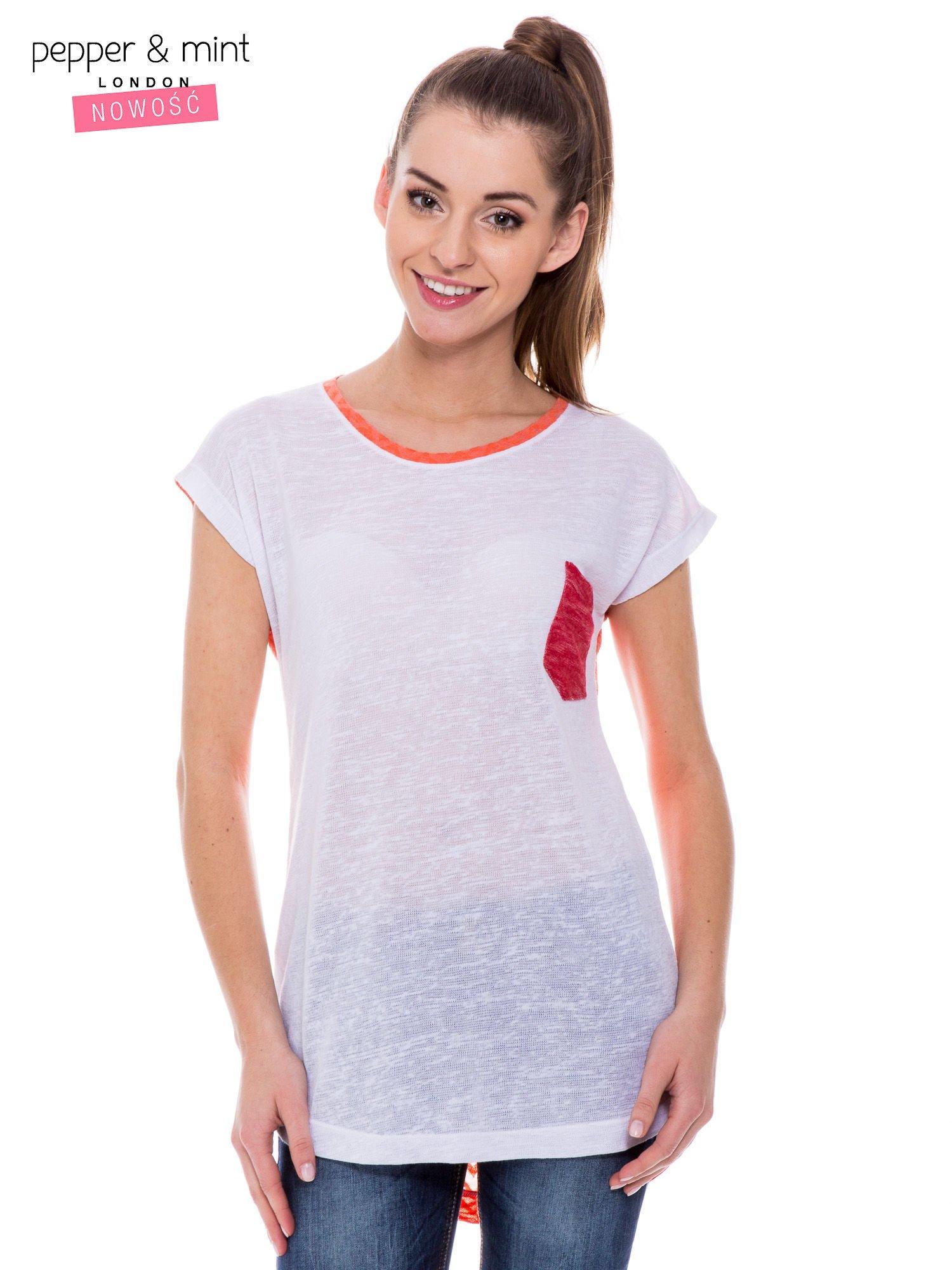 Biały t-shirt z wydłużanym tyłem w pomarańczowym kolorze                                  zdj.                                  1