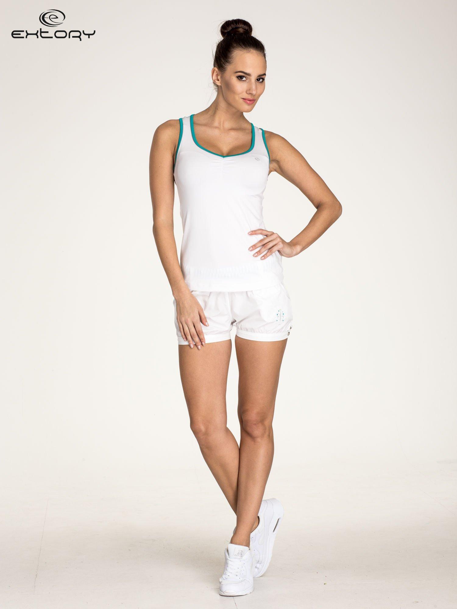 Biały top sportowy V-neck z turkusową lamówką                                  zdj.                                  2