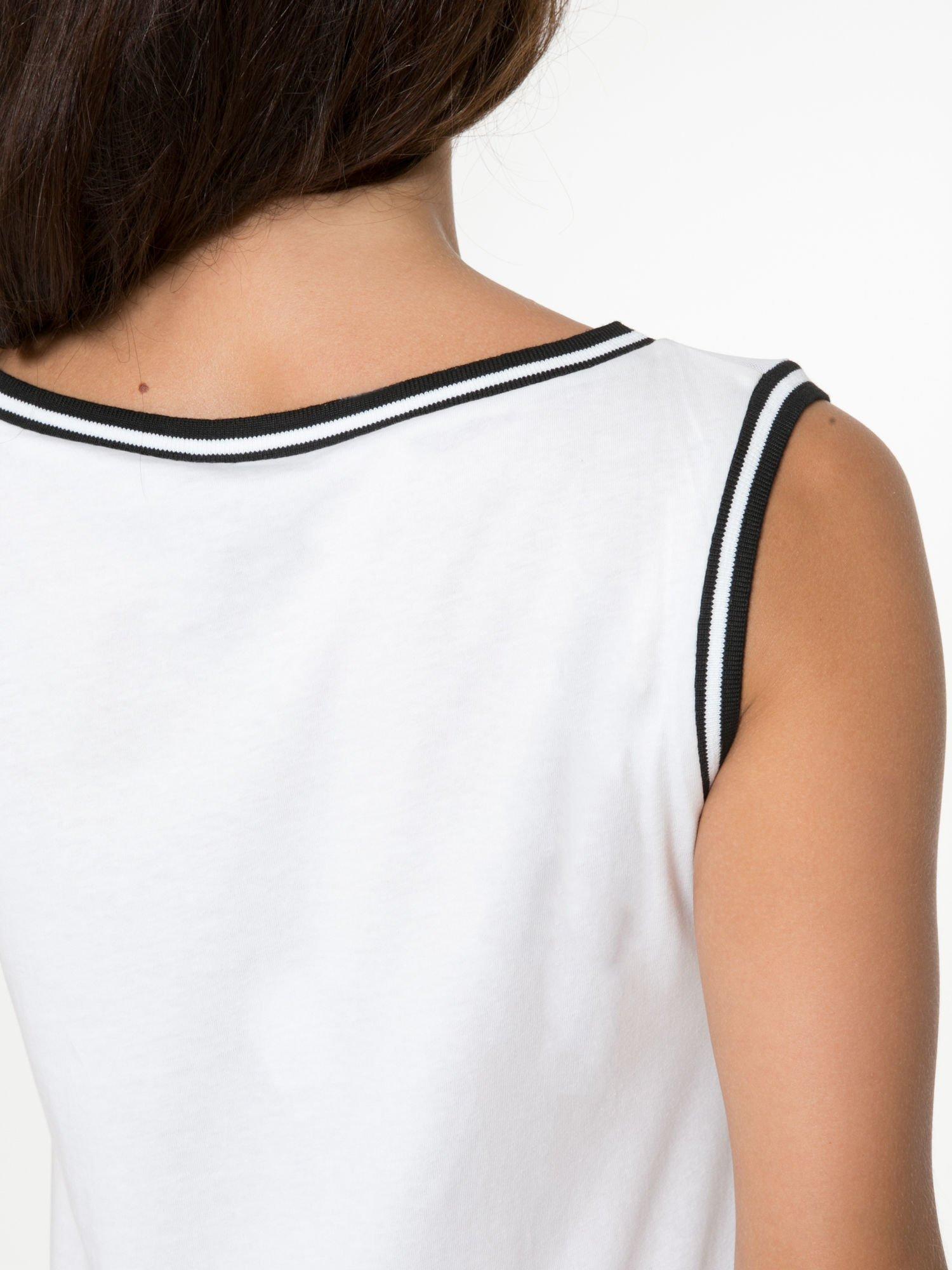 Biały top w stylu koszykarskim z nadrukiem LOS ANGELES i sportową lamówką                                  zdj.                                  10
