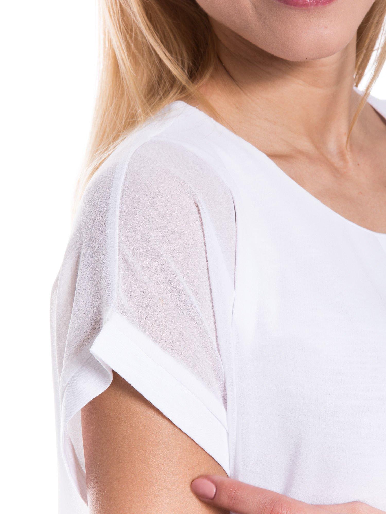 Biały zwiewny t-shirt z plisami na dekolcie                                  zdj.                                  5