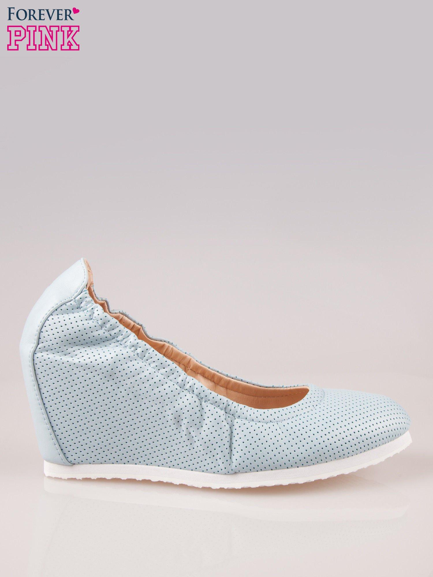 Błękitne siateczkowe buty na koturnie                                  zdj.                                  1