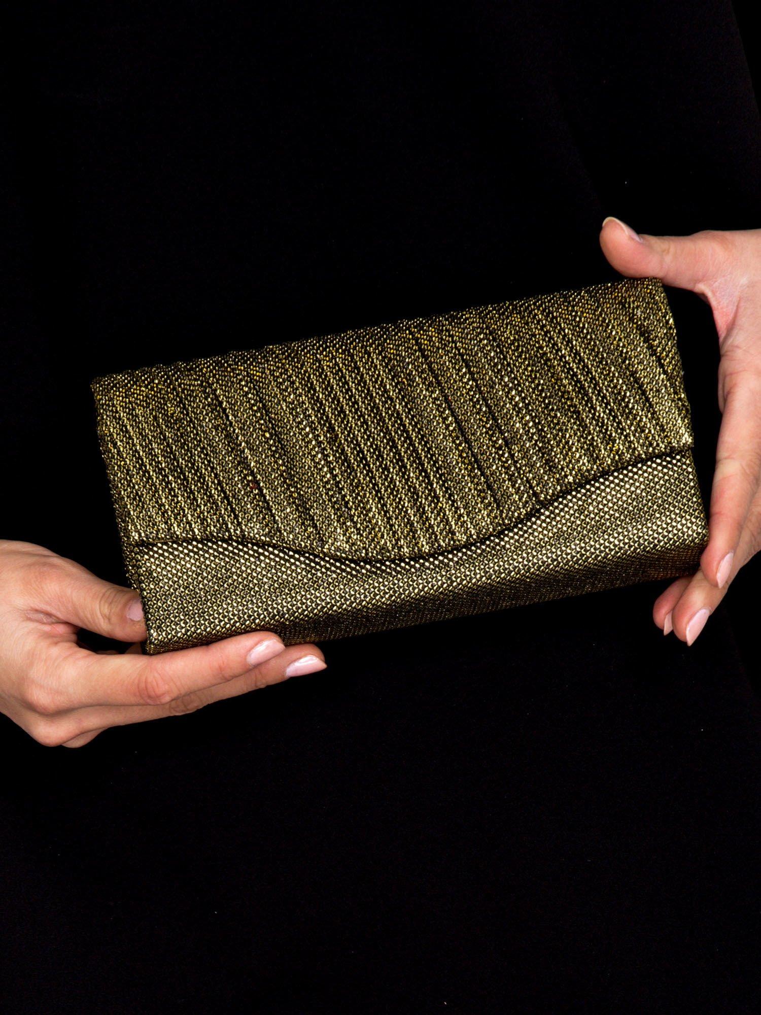18fe610727f5a Błyszcząca kopertówka z wytłaczanym wzorem czarno-złota - Akcesoria ...