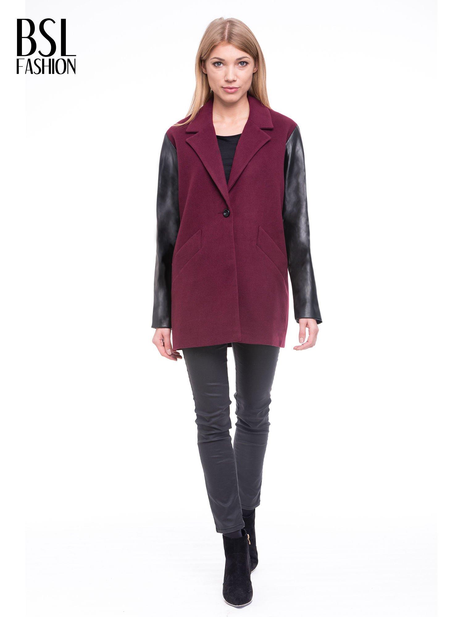Bordowy płaszcz jednorzędowy ze skórzanymi rękawami                                  zdj.                                  2