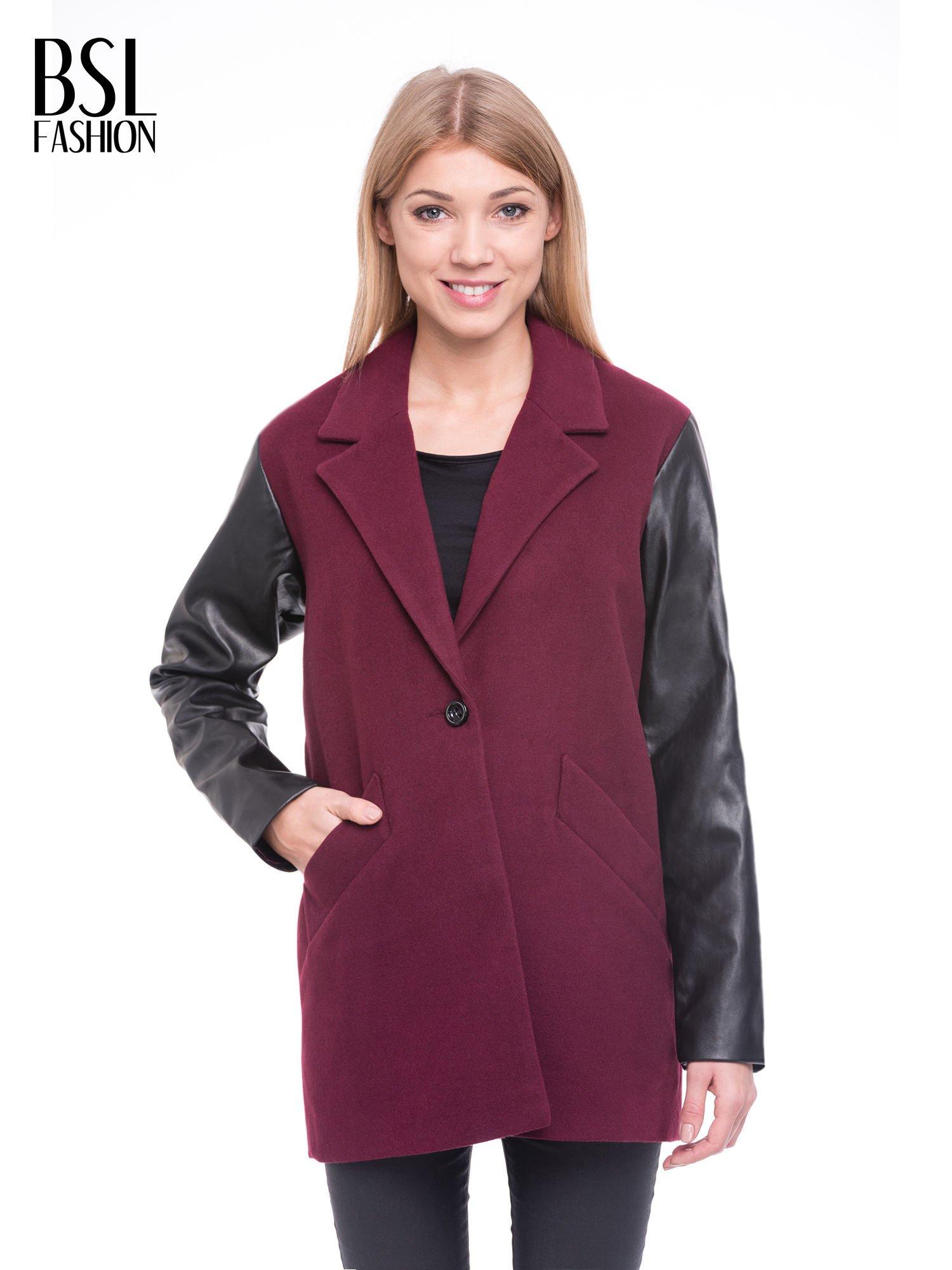 Bordowy płaszcz jednorzędowy ze skórzanymi rękawami                                  zdj.                                  1