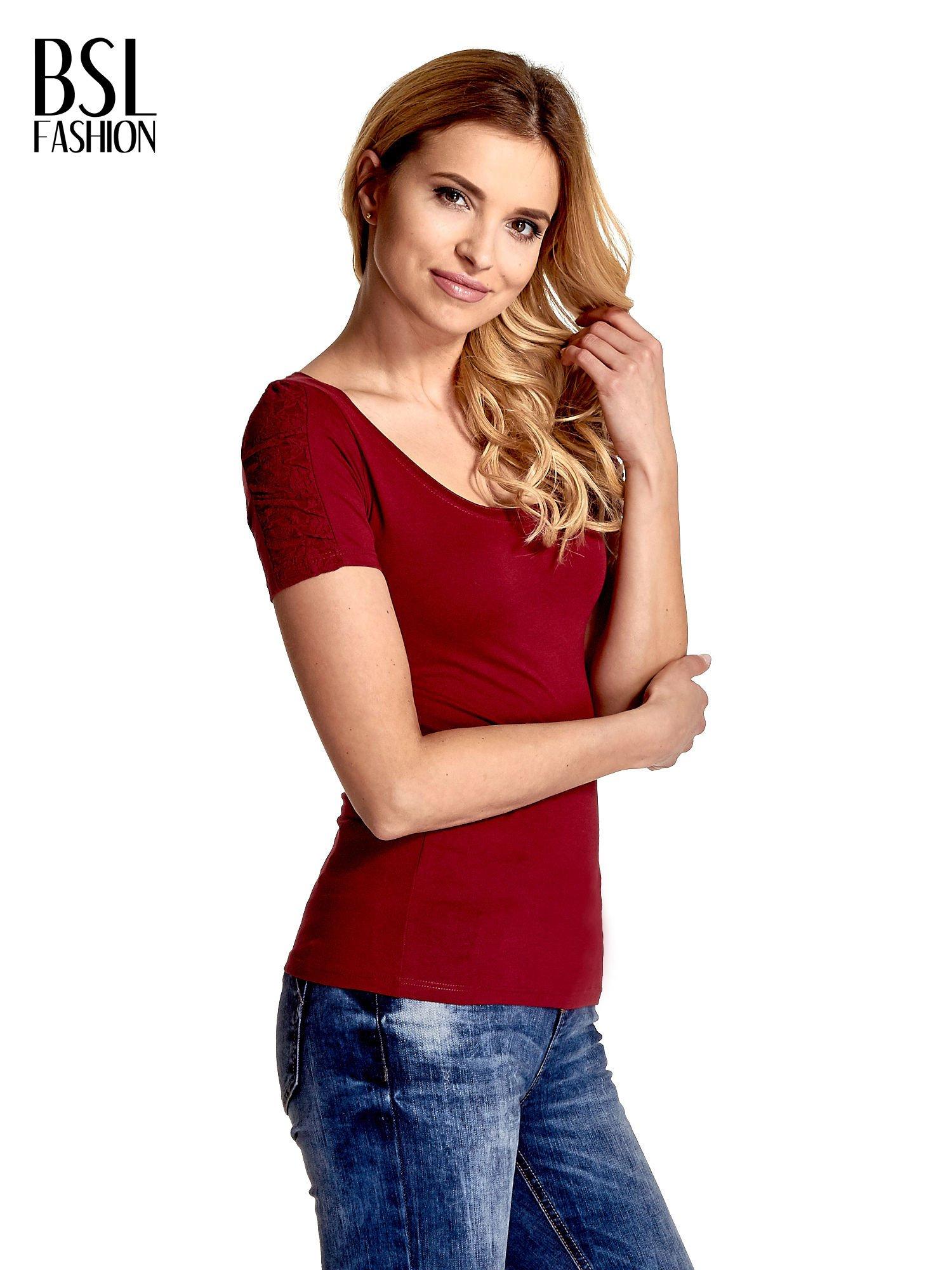Bordowy t-shirt z koronkową wstawką na rękawach                                  zdj.                                  3