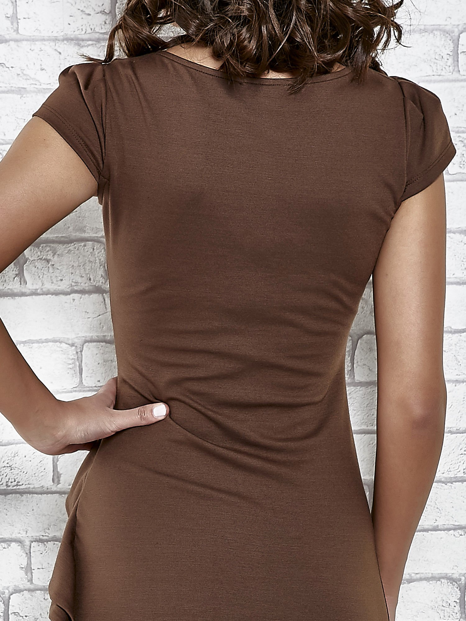 Brązowa dopasowana sukienka z poprzeczną falbaną                                  zdj.                                  7