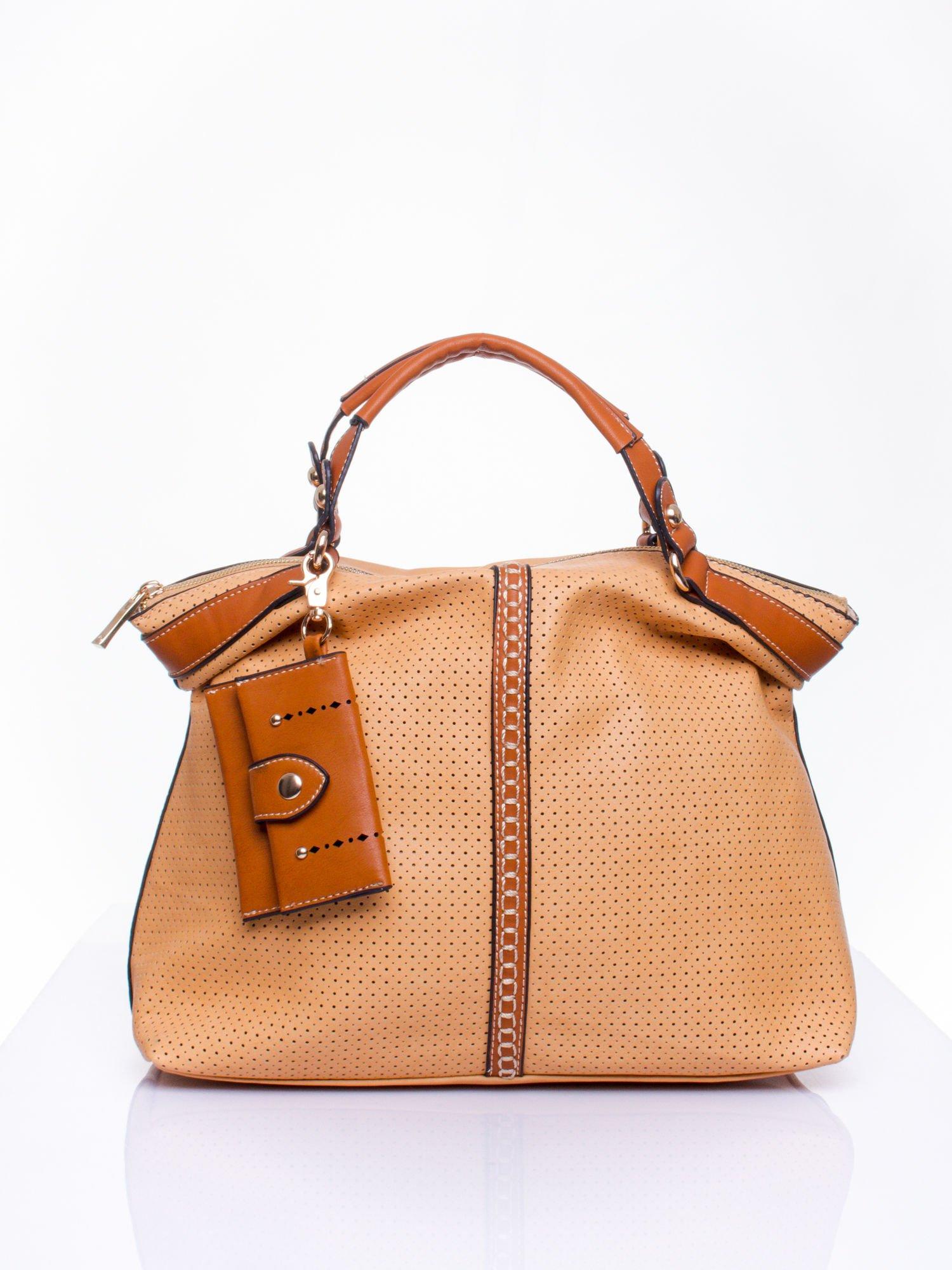 Brązowa dziurkowana torba na ramię z łańcuszkiem                                  zdj.                                  1